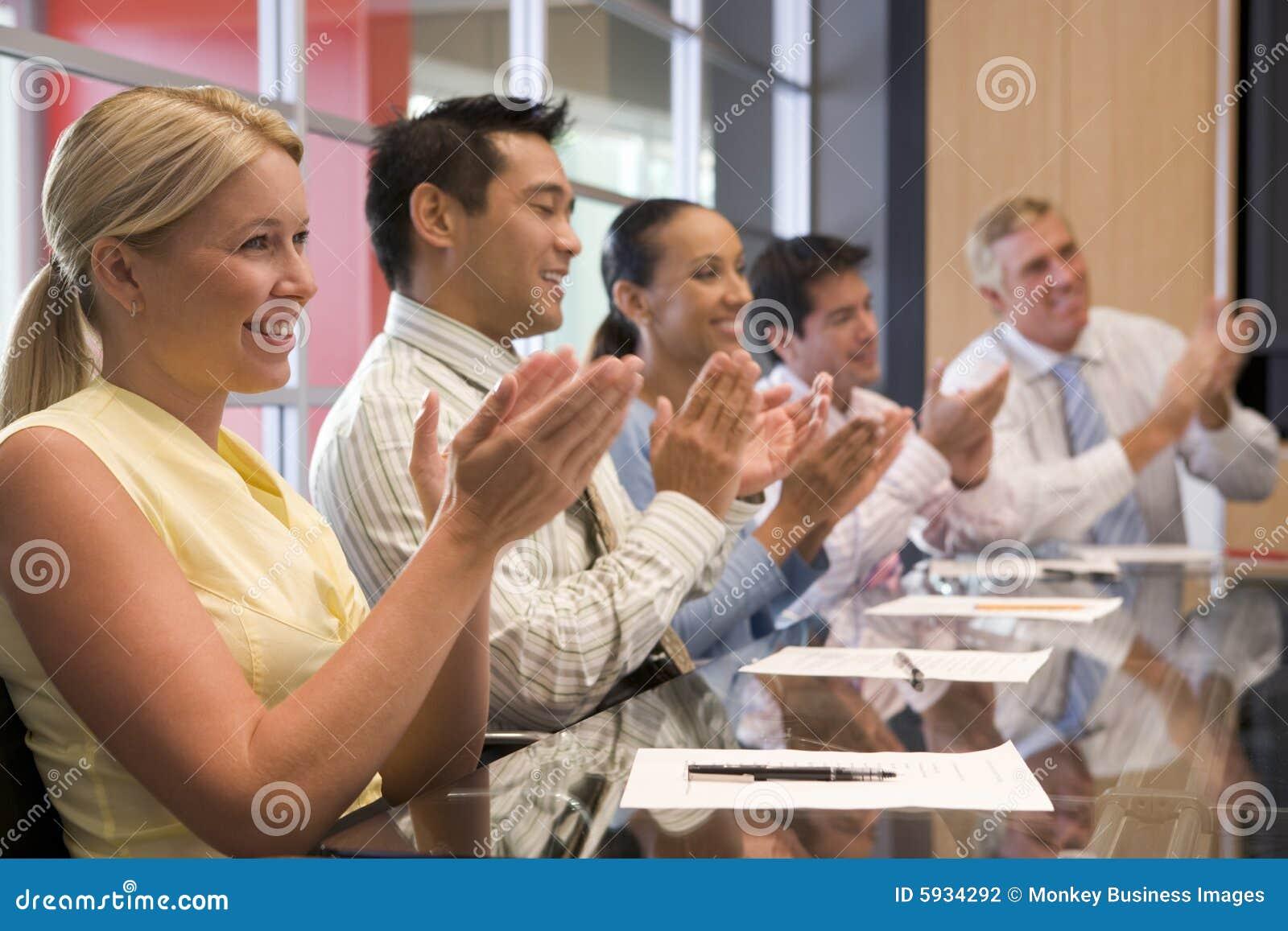 Applådera tabell för styrelsebusinesspeople fem