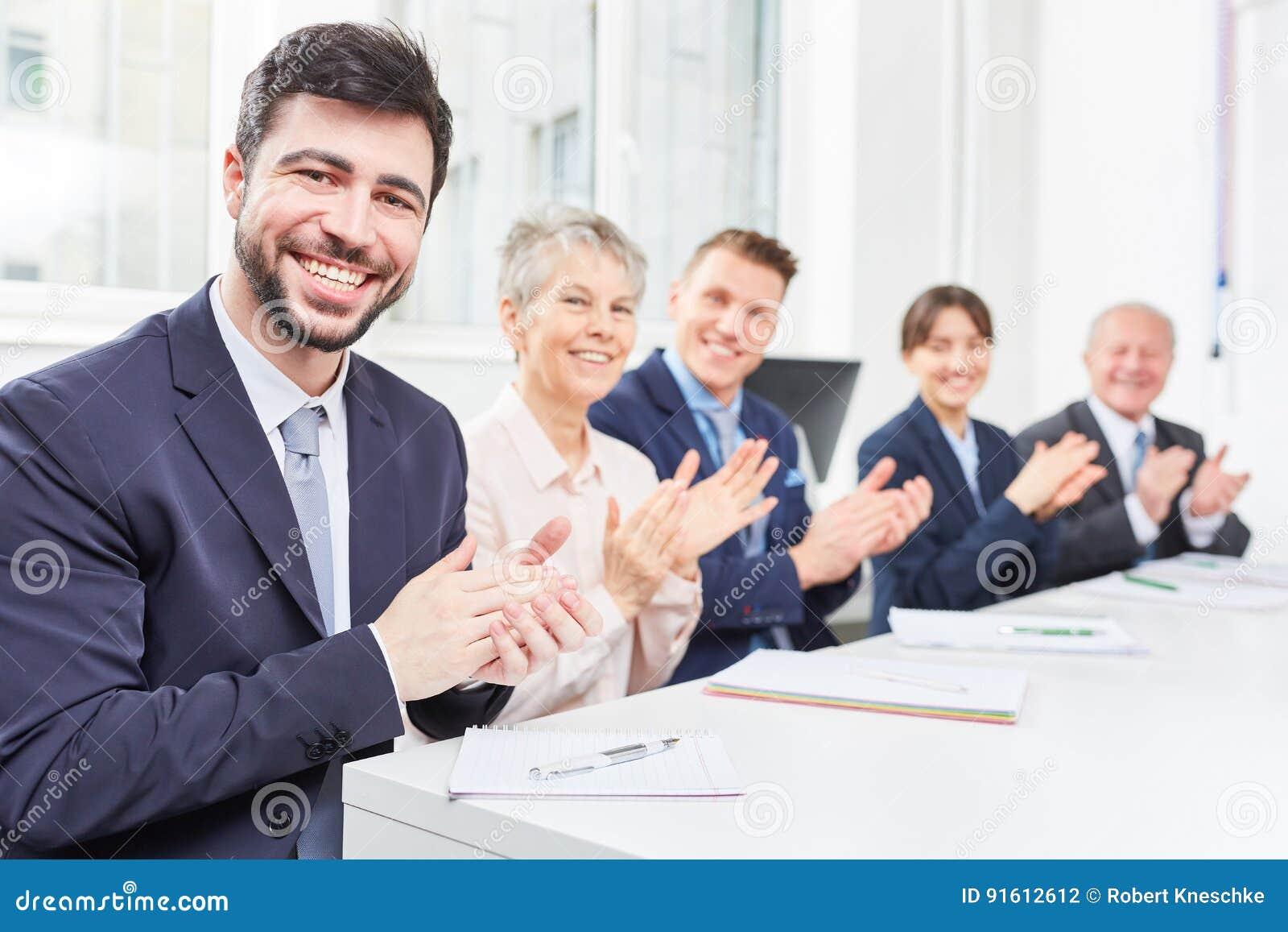 Applaudissements d équipe dans le séminaire d affaires