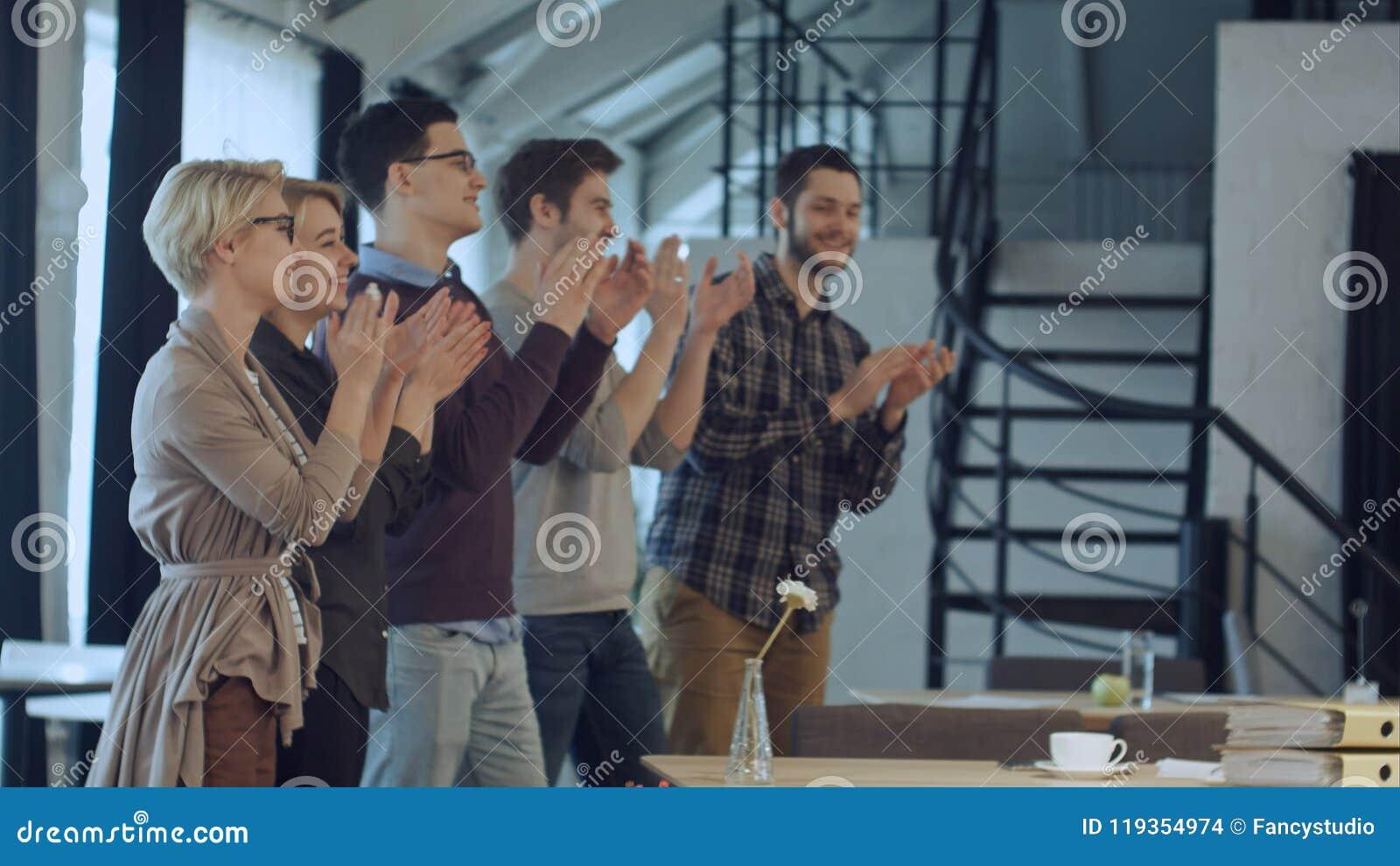 Applaus van opstarten van bedrijvenmensen in het bureau als team