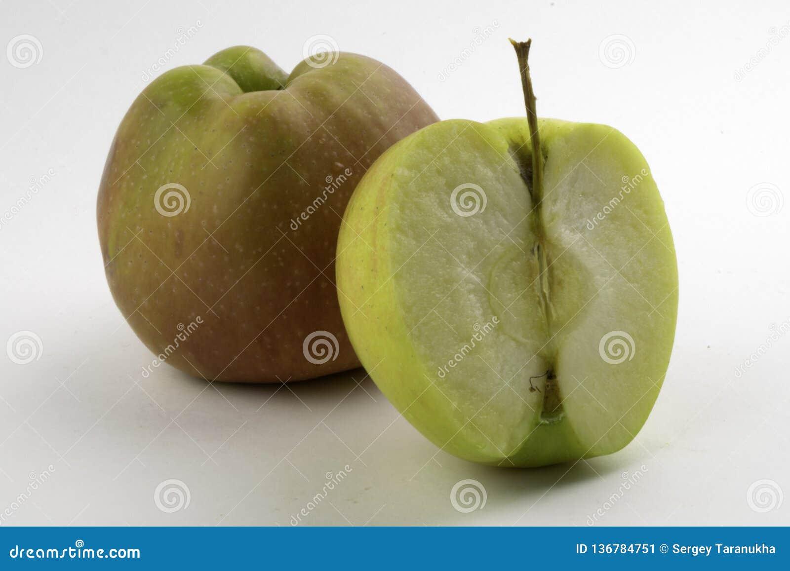 Apple και φέτα στο άσπρο υπόβαθρο