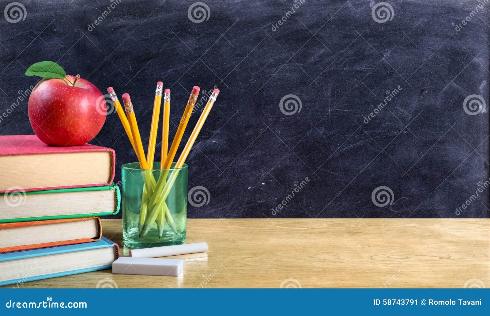 Apple auf Büchern mit Bleistiften und leerer Tafel