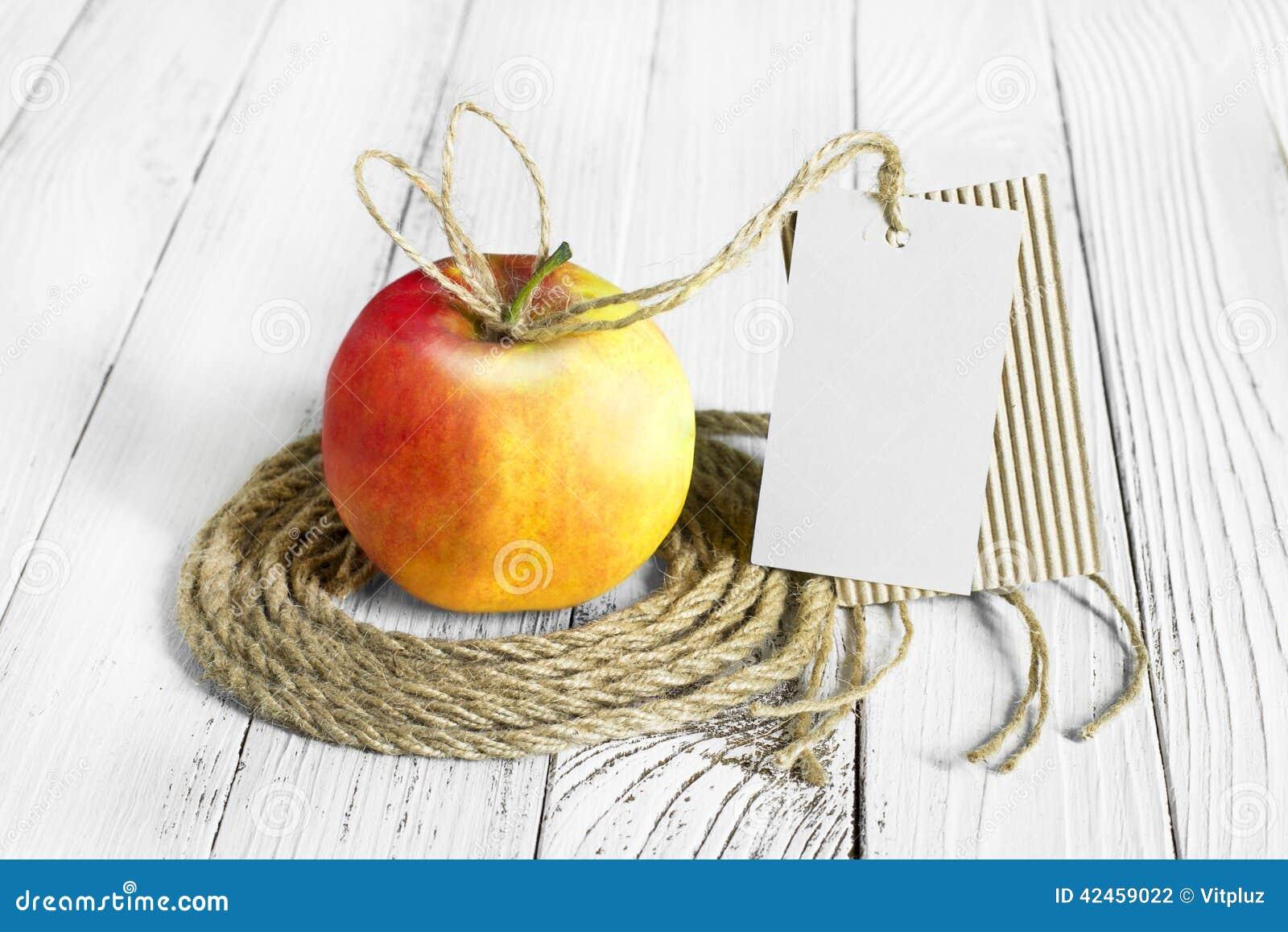 Apple auf die Holztischoberseite