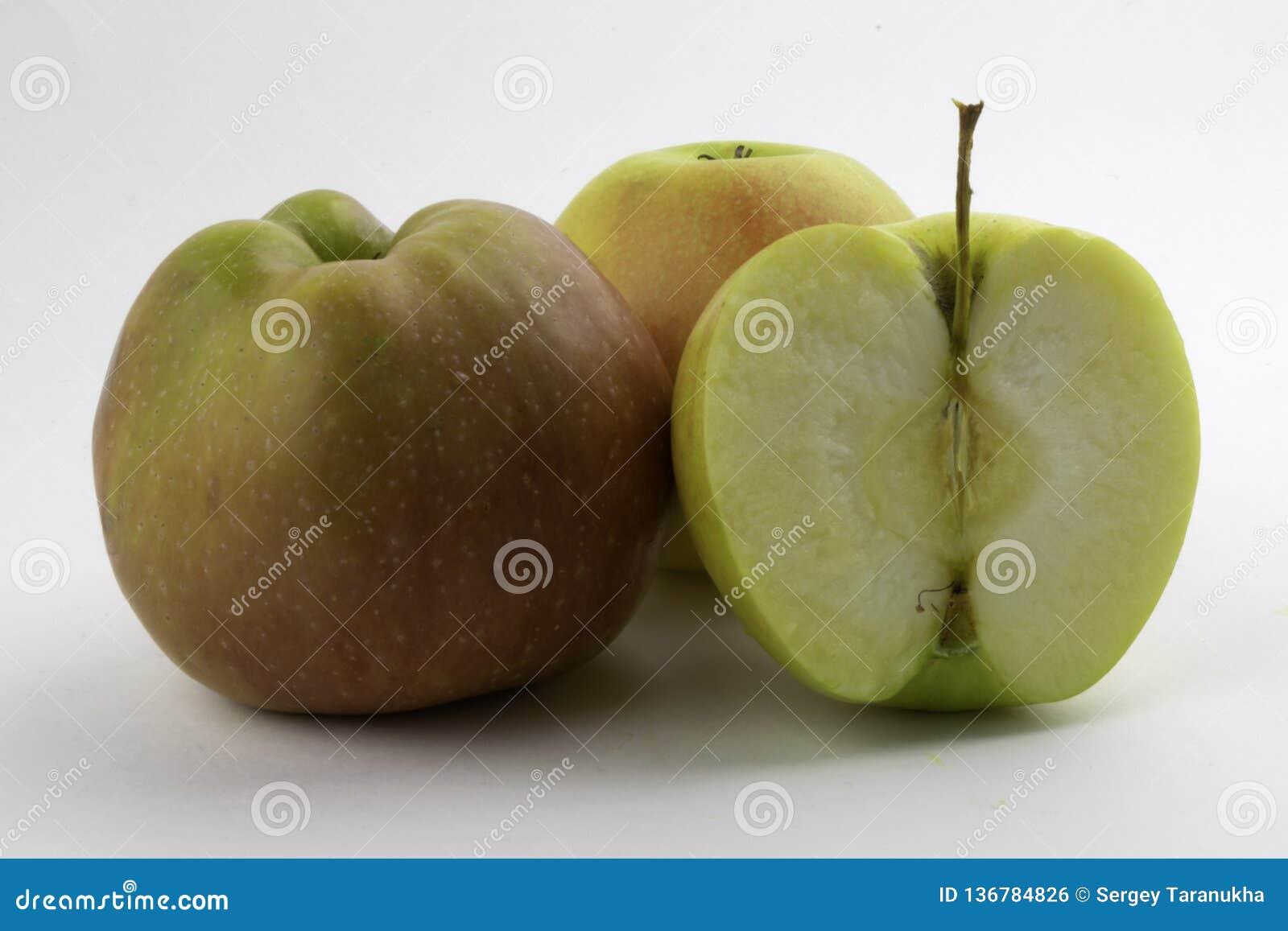 Apple e fatia no fundo branco