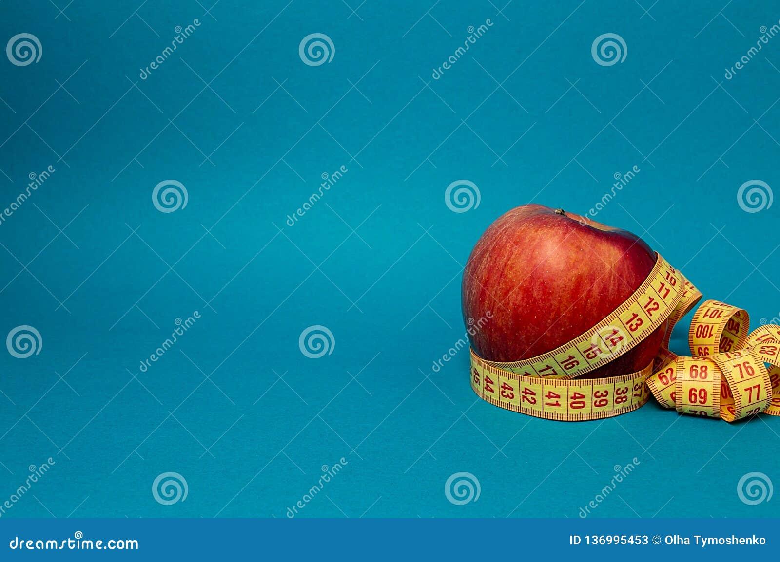 Apple e fita métrica da vida magro do esporte da dieta da aptidão