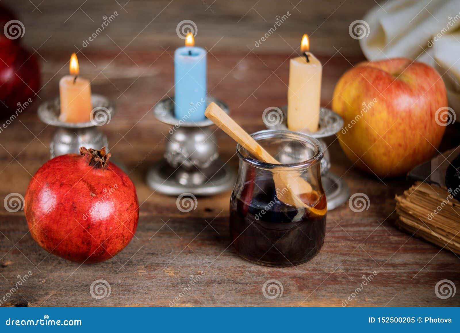 Apple, Granatapfel und Honig jüdischen torah neues Jahr Rosh Hashana Buches, kippah yamolka talit