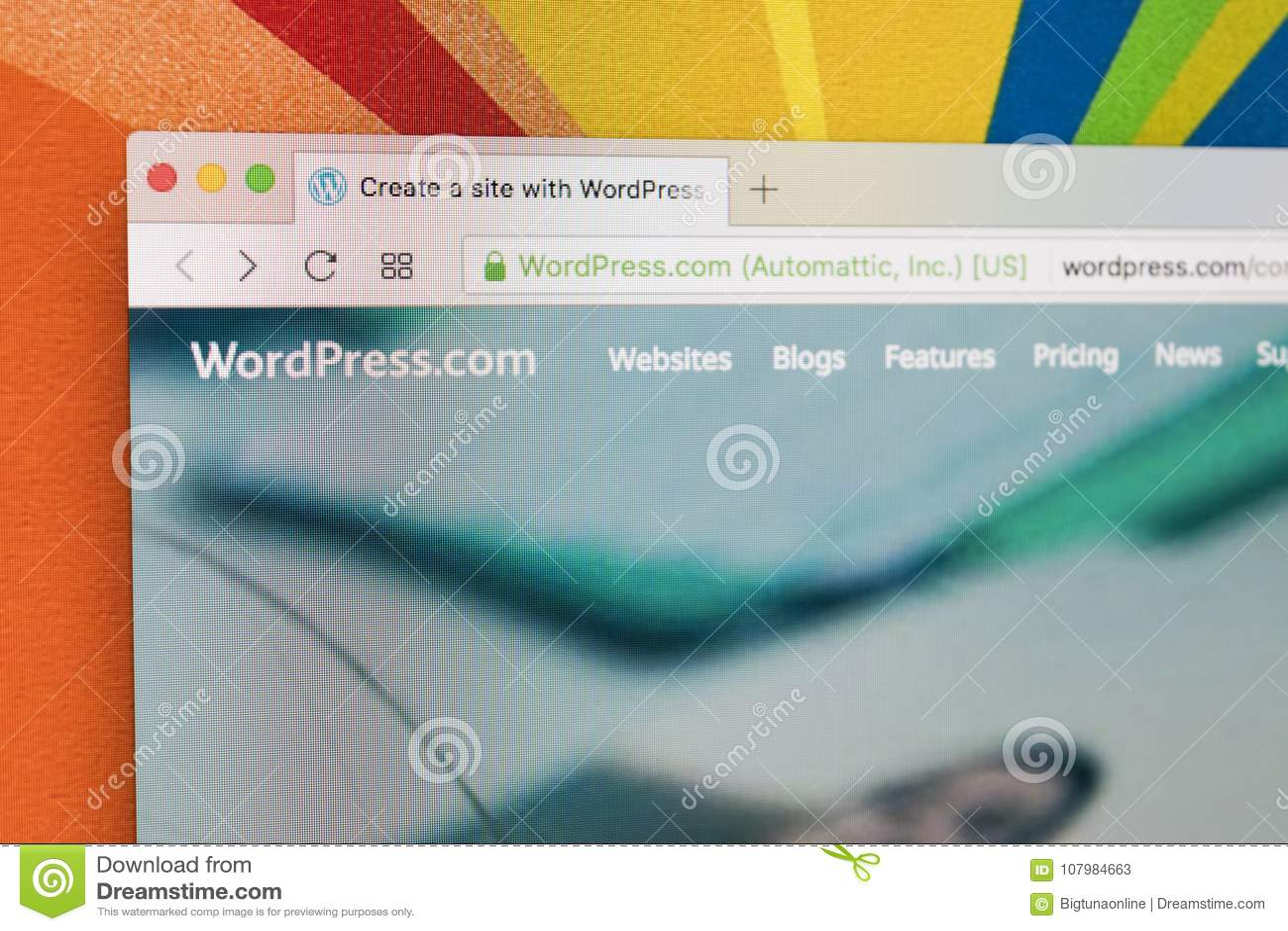 Apple IMac mit Wordpress homepage auf Bildschirm unter Lupe Homepage von Wordpress COM auf PC-Computer