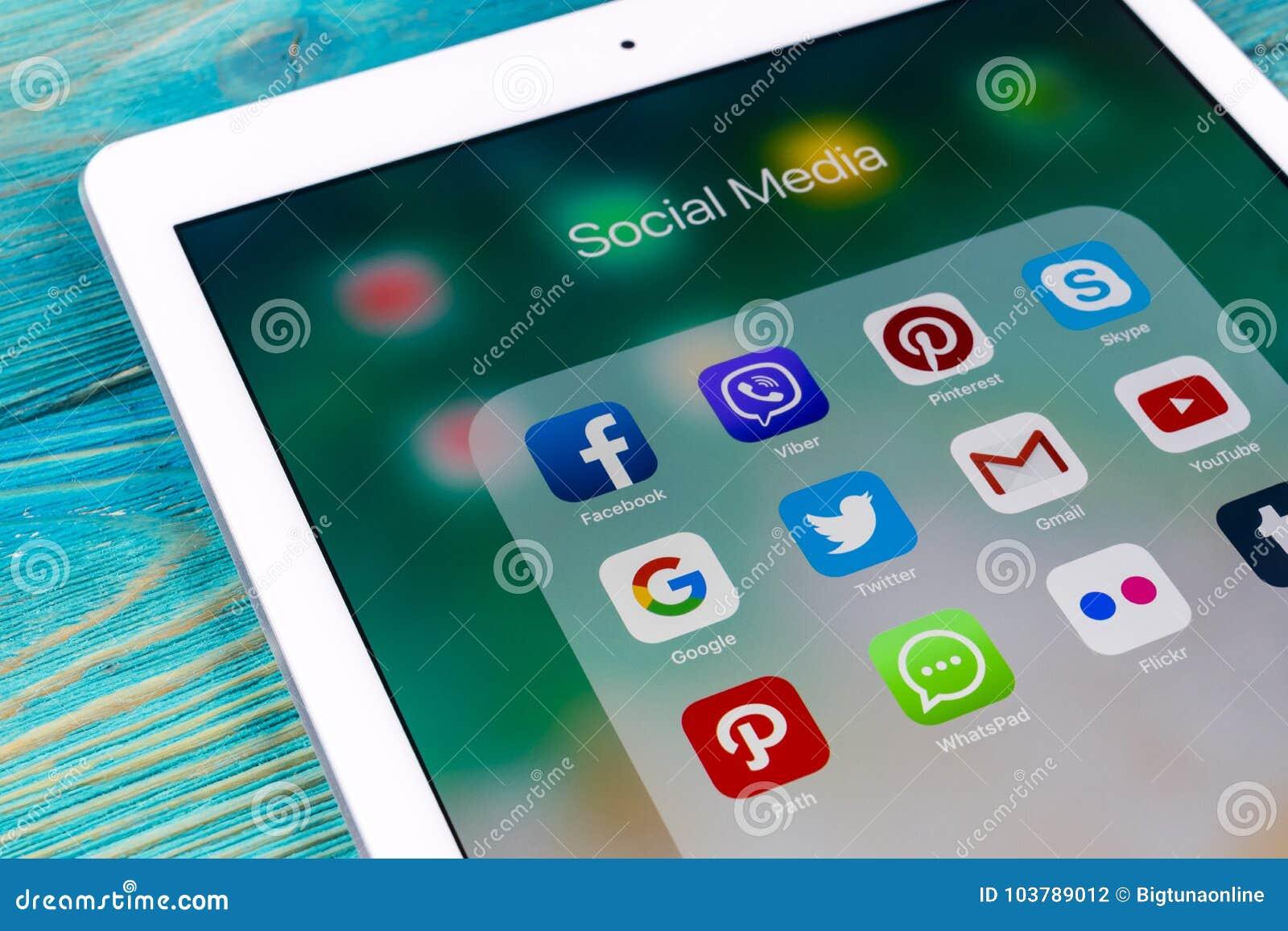 Apple-iPad Pro auf Holztisch mit Ikonen von Social Media facebook, instagram, Gezwitscher, snapchat Anwendung auf Schirm tablette