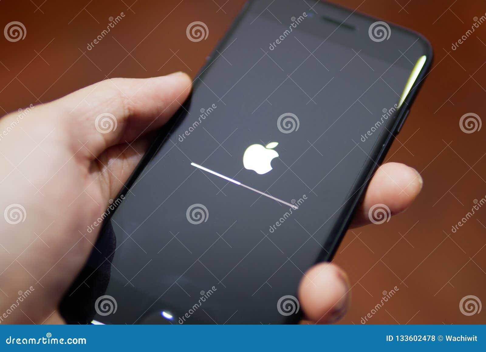Apple iPhone 7 die het zijn scherm met Apple-embleem tonen wanneer het de software aan iOS 12 wordt bijgewerkt