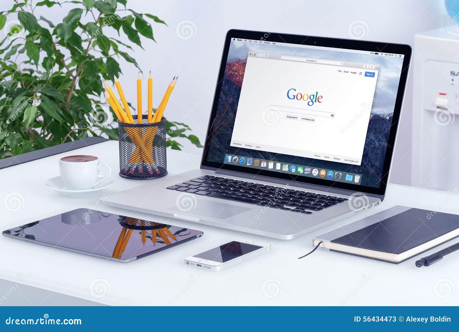 Apple MacBook Pro en el escritorio con la página web de la búsqueda de Google