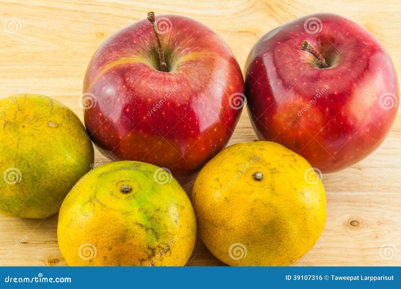 Apple & mandarijn op houten achtergrond