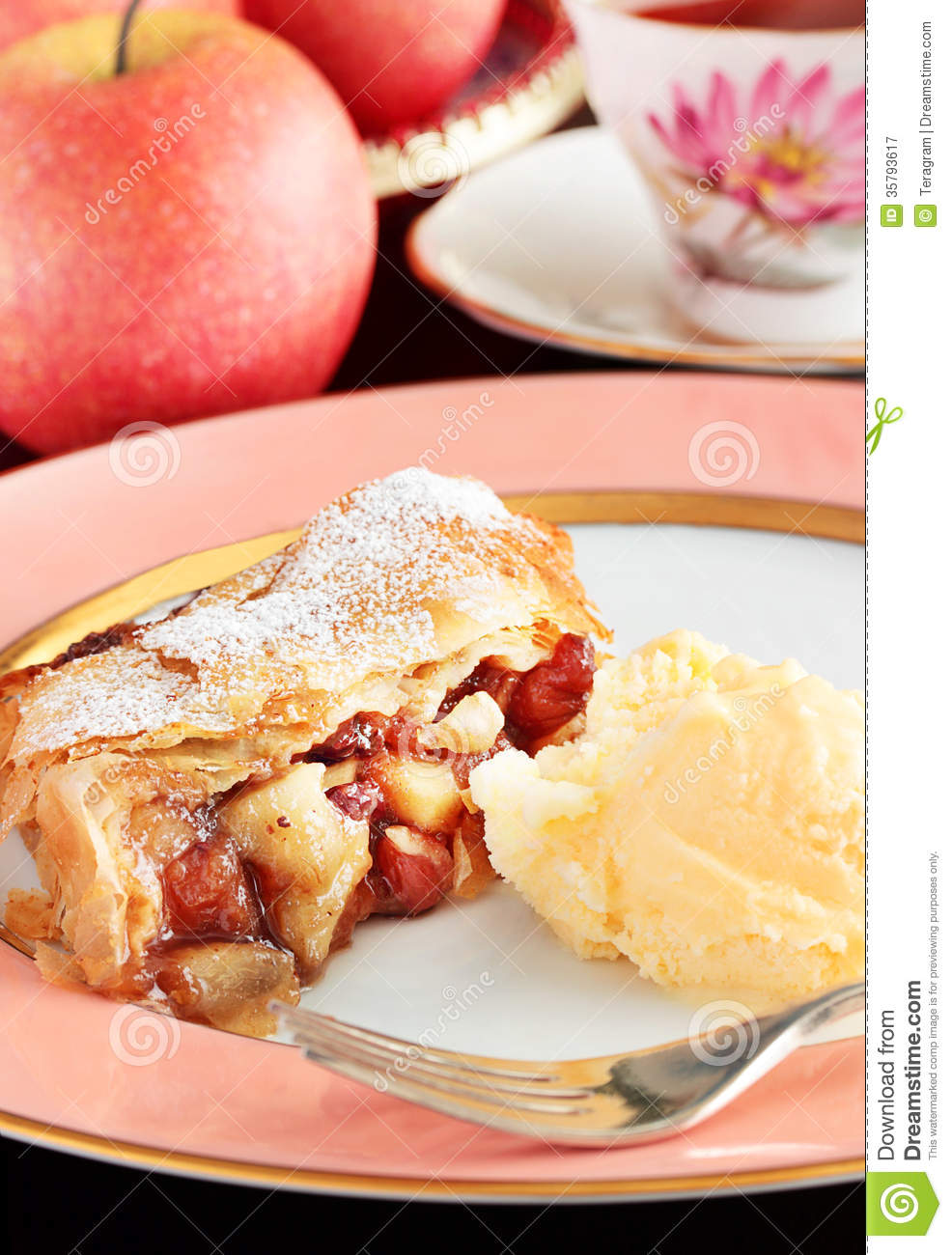 Apple mincemeat strudel royalty free stock photography for Easy delicious christmas dessert recipes