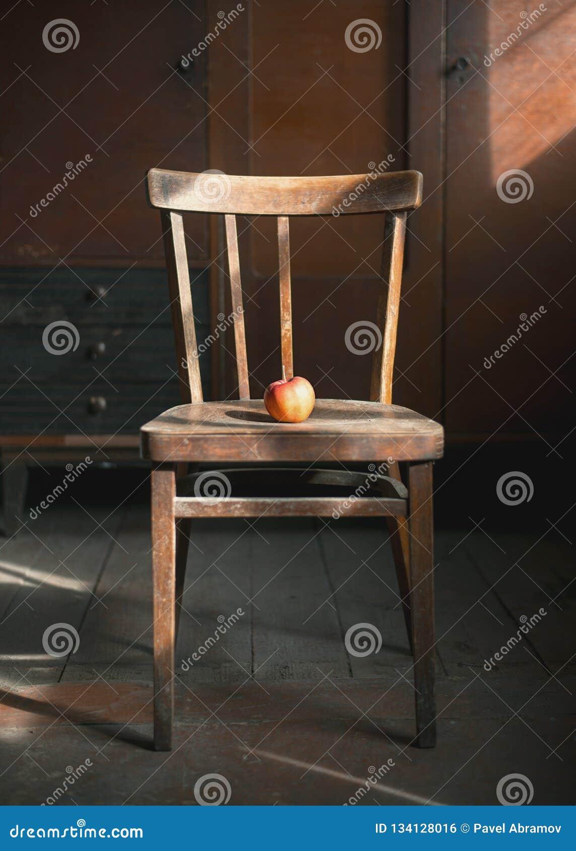 Apple na krześle