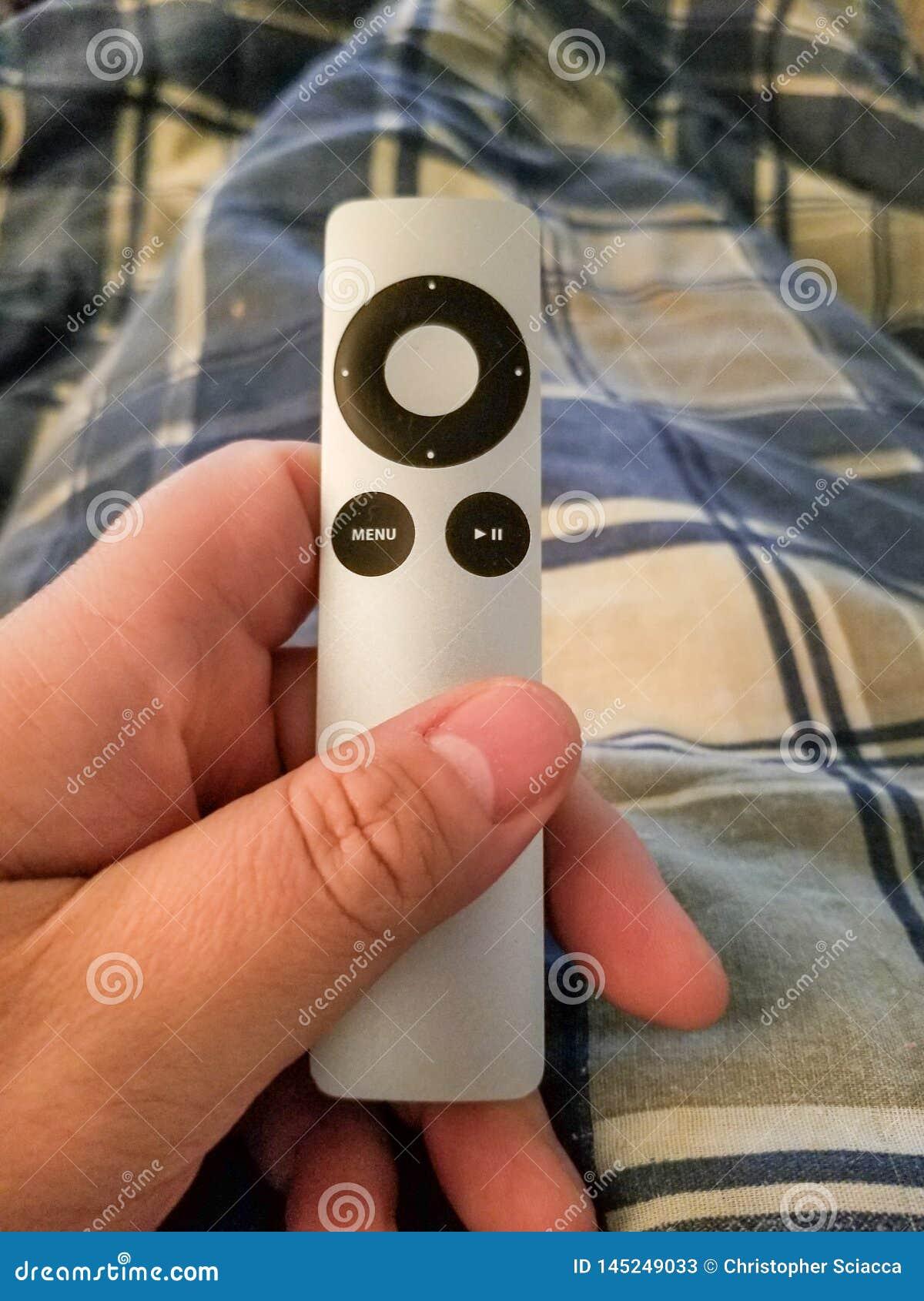Apple TVfjärrkontroll som rymms i handnärbild