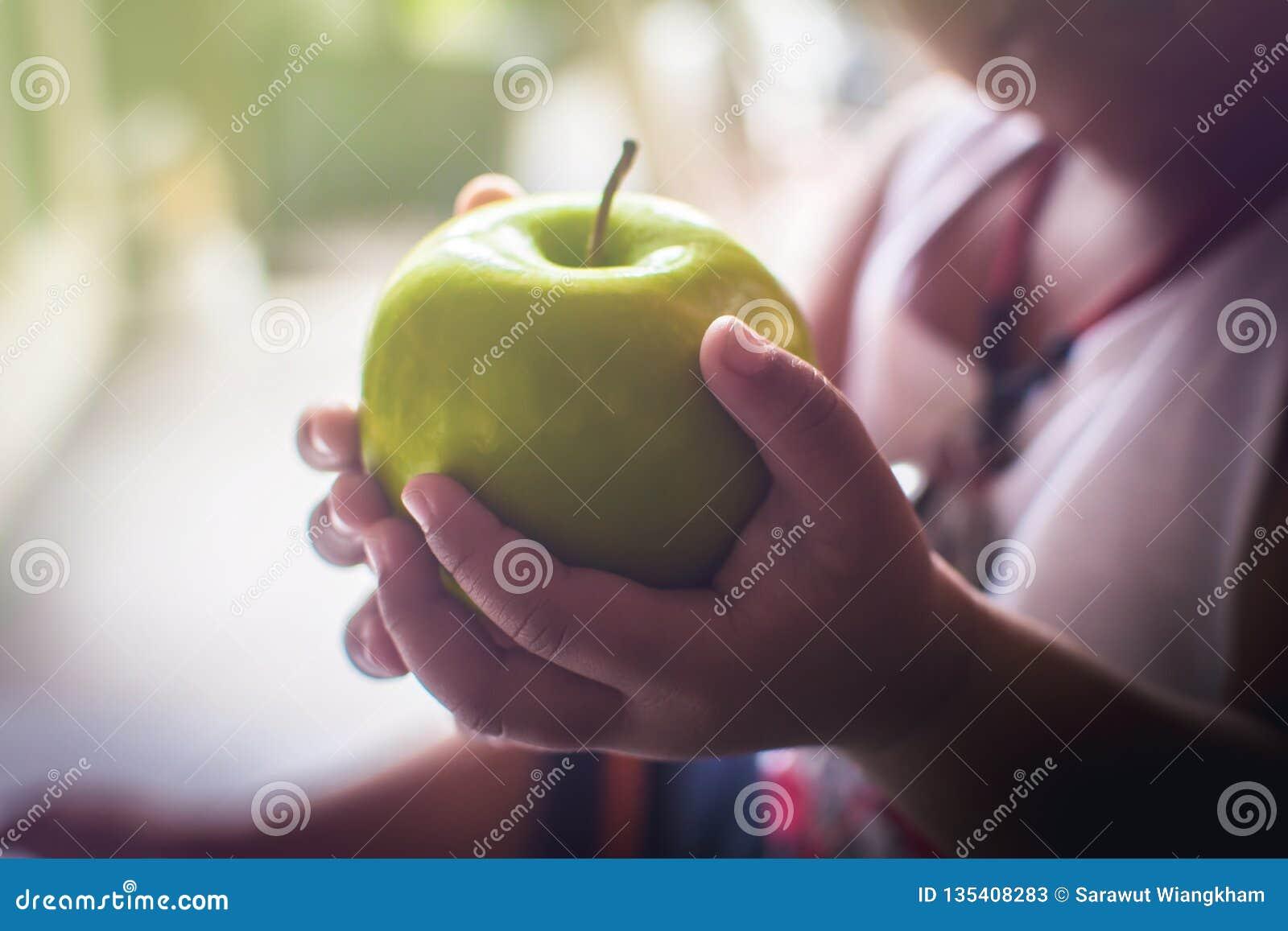 Apple w rękach dzieci