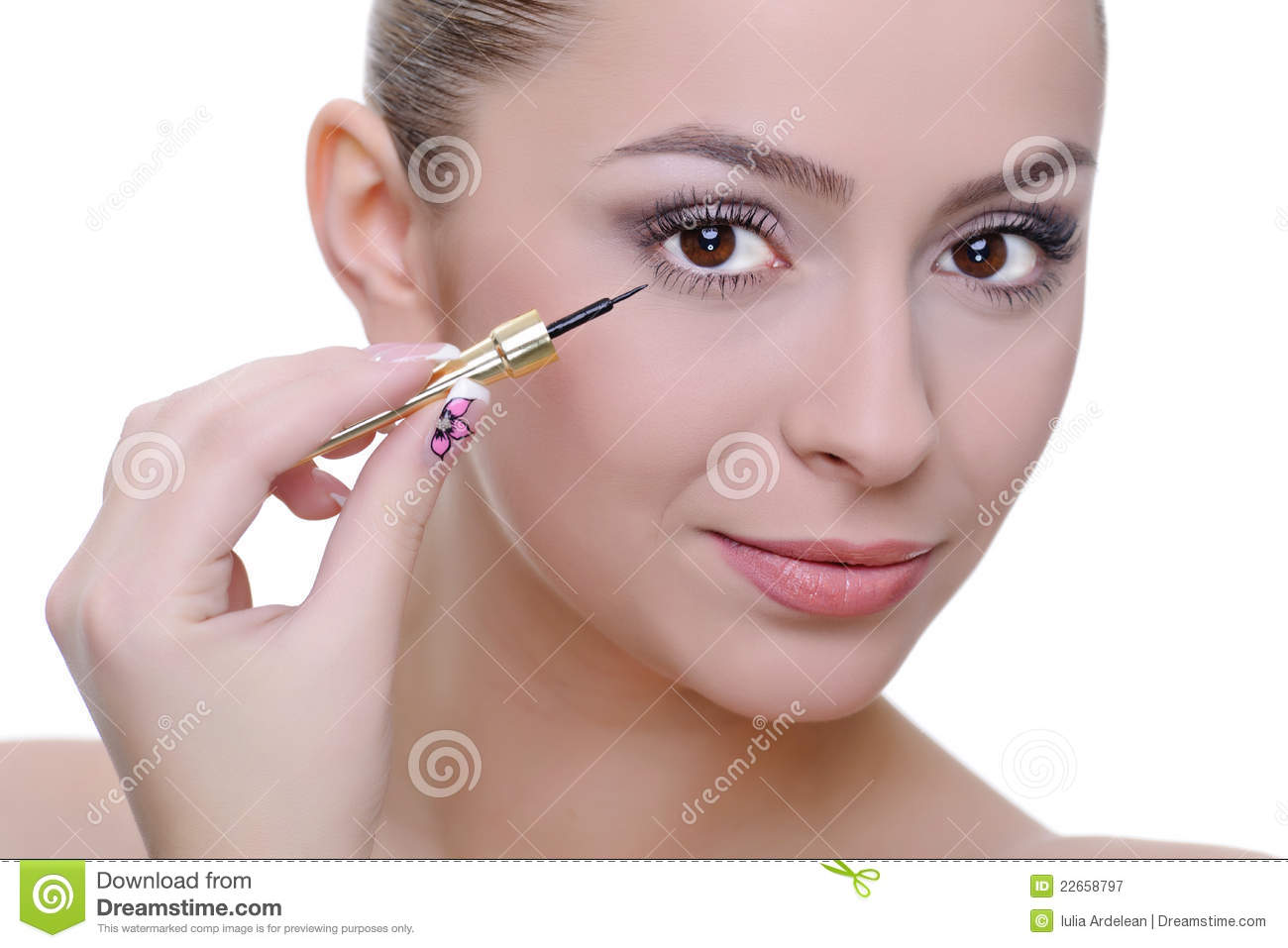 Application de l eye-liner