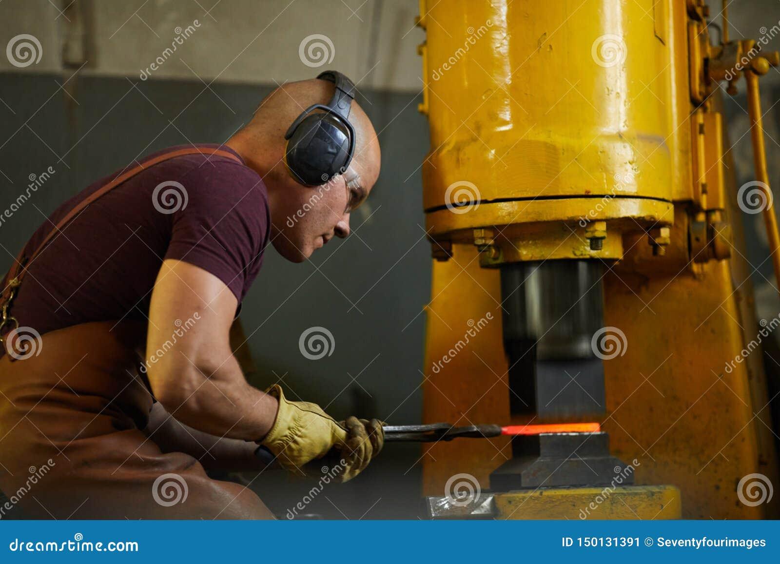 Application de la pression hydraulique de se déformer du métal