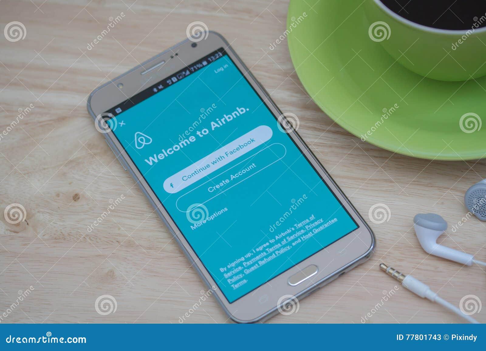 Application ouverte d Airbnb de téléphone de Moblie sur l écran Airbnb est un site Web pour que les personnes énumèrent, pour tro