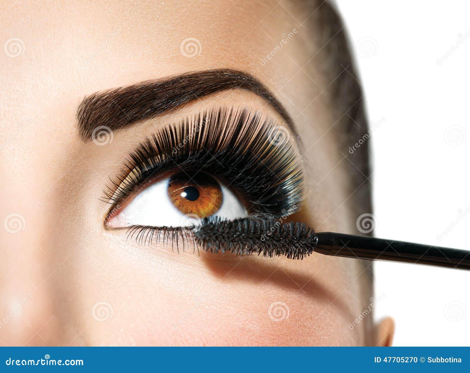 Applicera för mascara Lång snärtcloseup