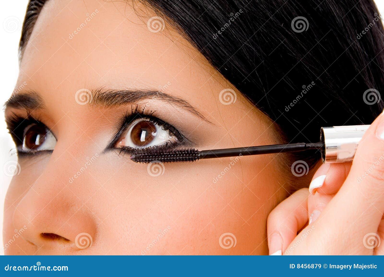 Applicera kvinnan för beauticianögonmaskara s