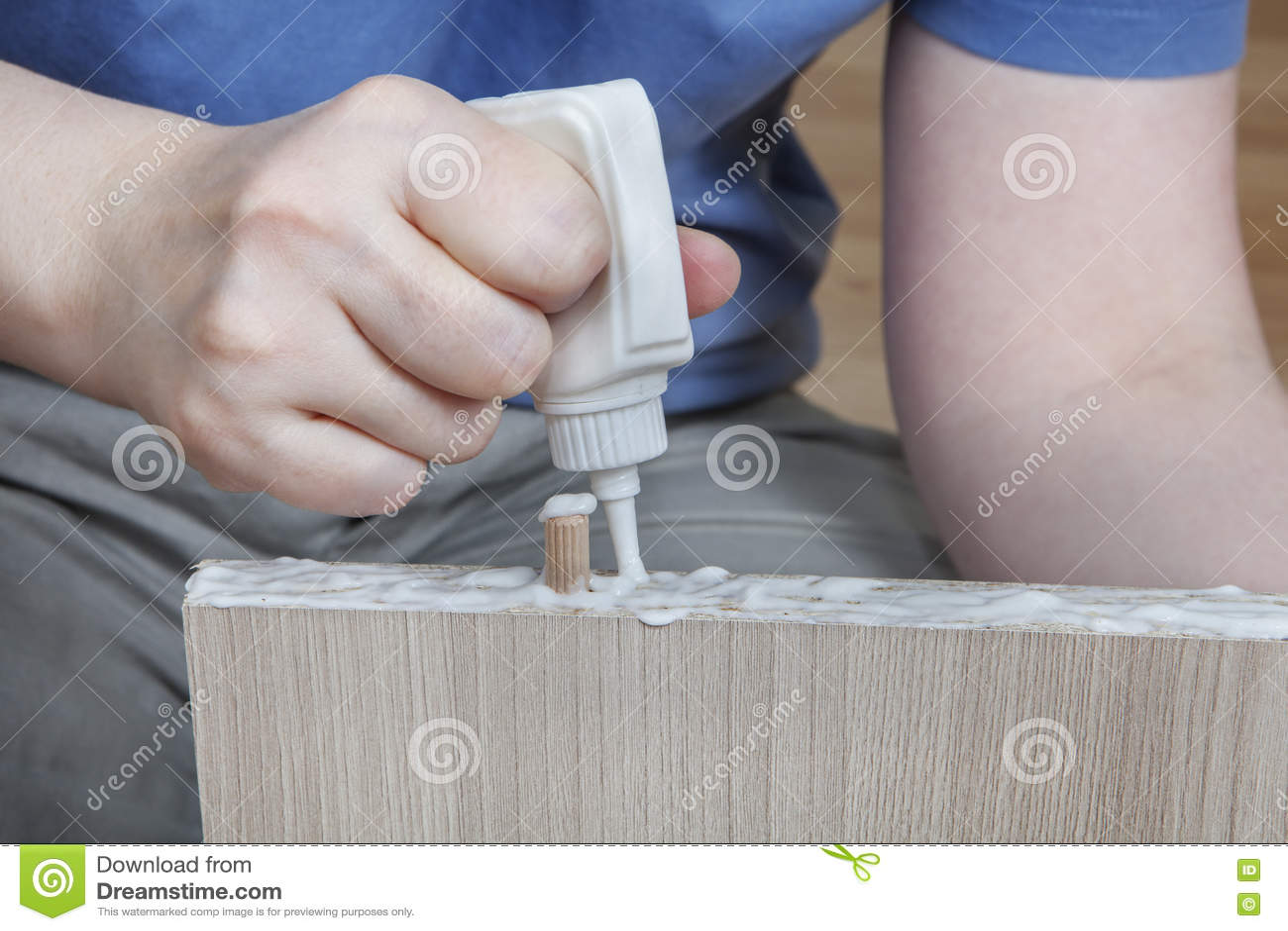 Applicera wood lim, snickare som limmar trädelar för möblemang,