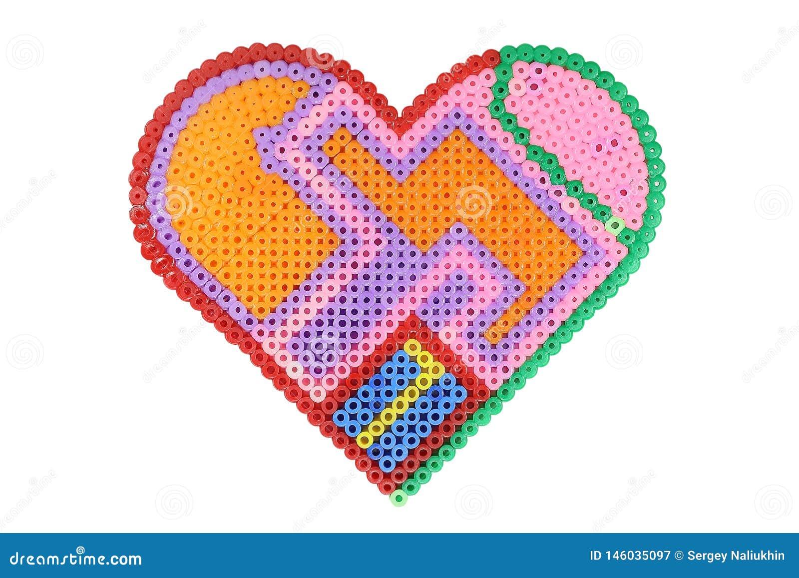 Applique в форме сердца сделанного сияющих пластиковых пестротканых изолированных шариков на белизне