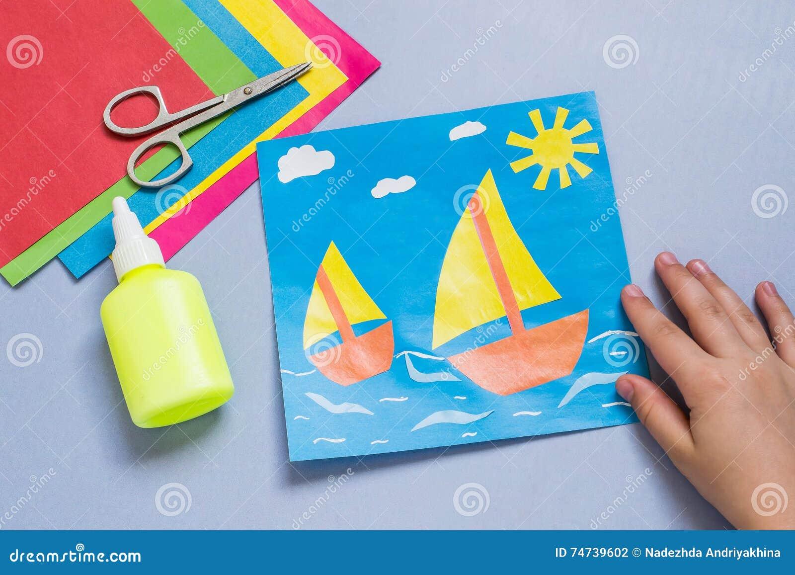 Applique di carta fatto dal bambino sul tema del mare fotografia