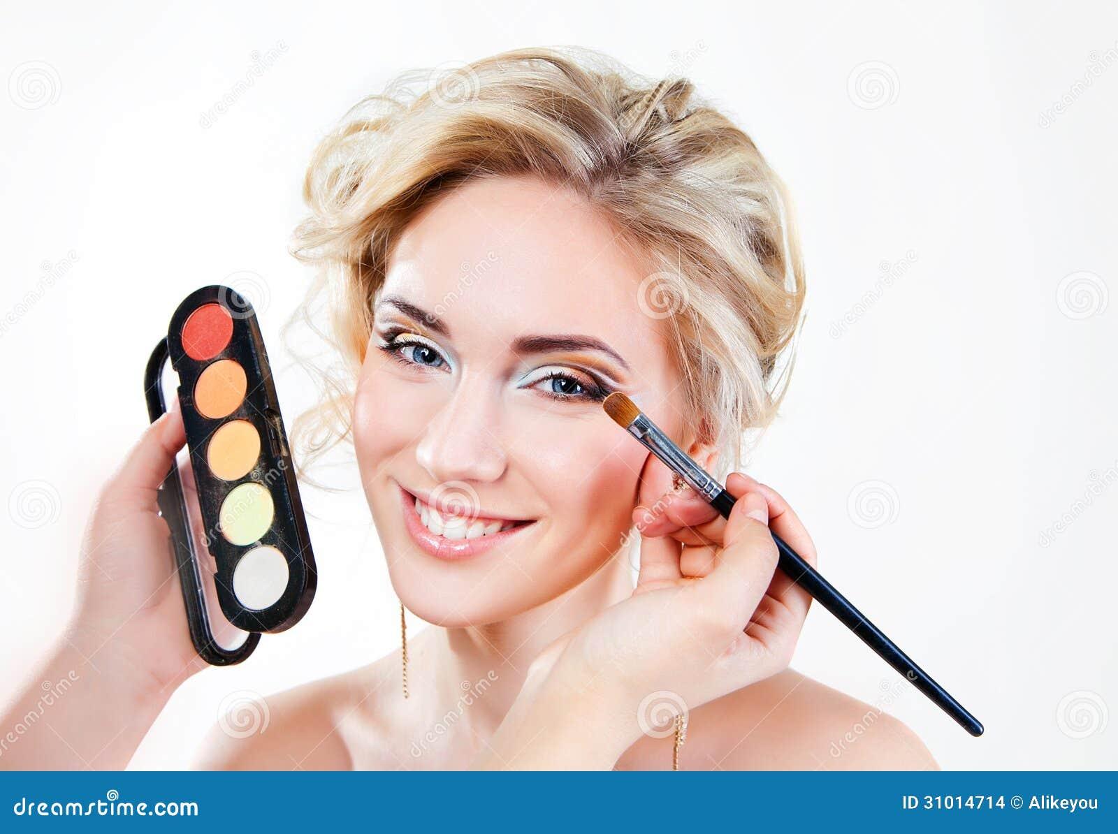 Applying Wedding Day Makeup : Applying Wedding Makeup Stock Images - Image: 31014714