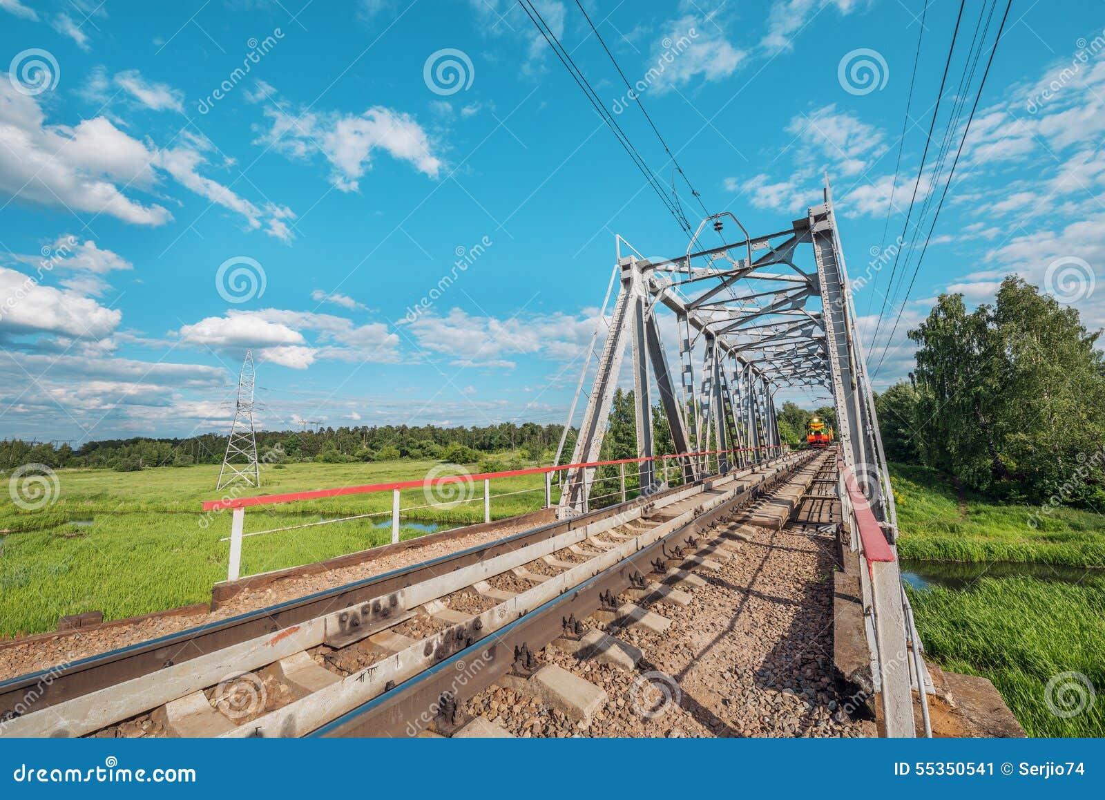 Appoach del treno merci al ponte ferroviario