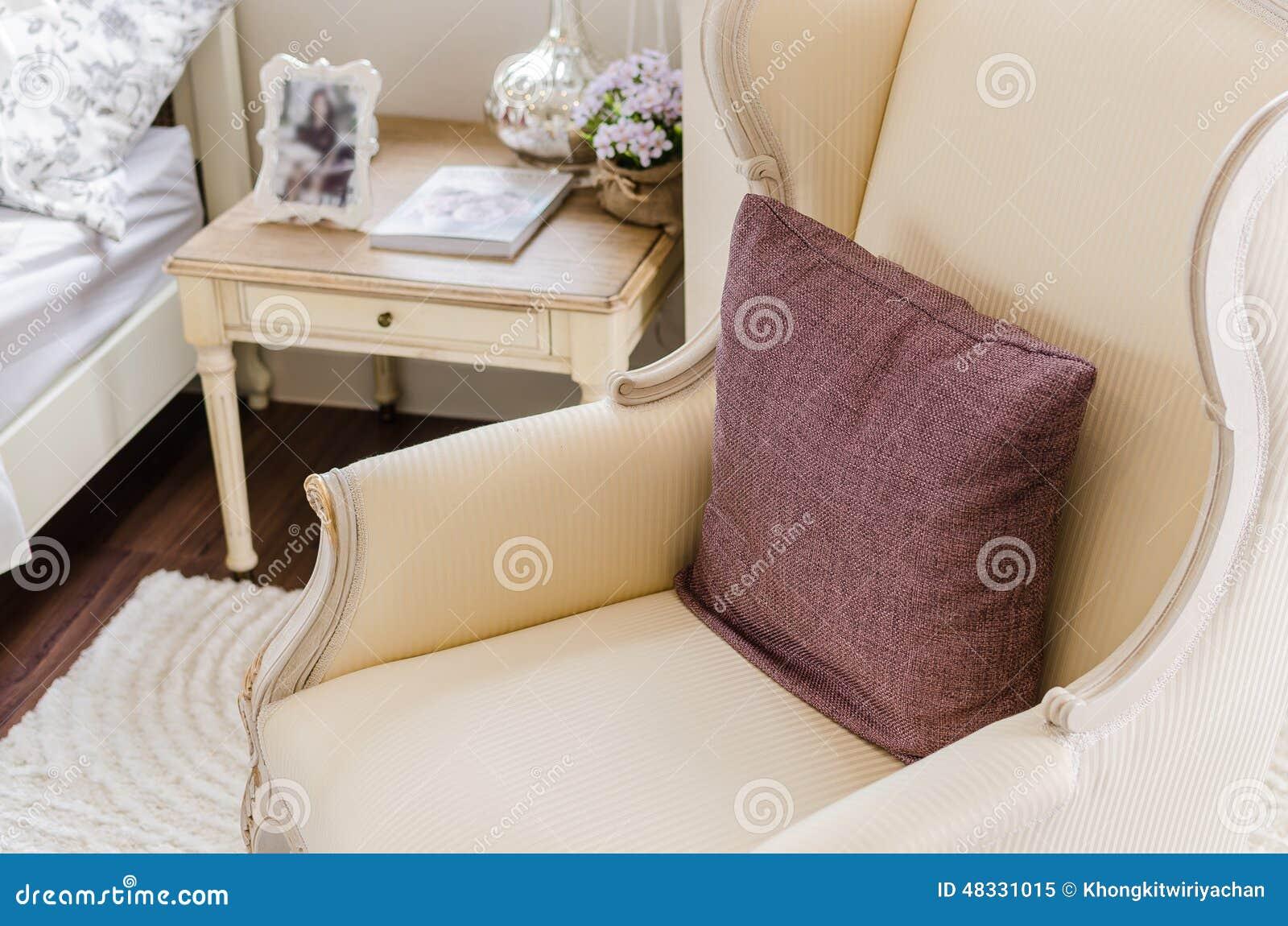 Appoggi su stile classico della sedia in camera da letto classica immagine stock immagine di - Sedia camera da letto ...