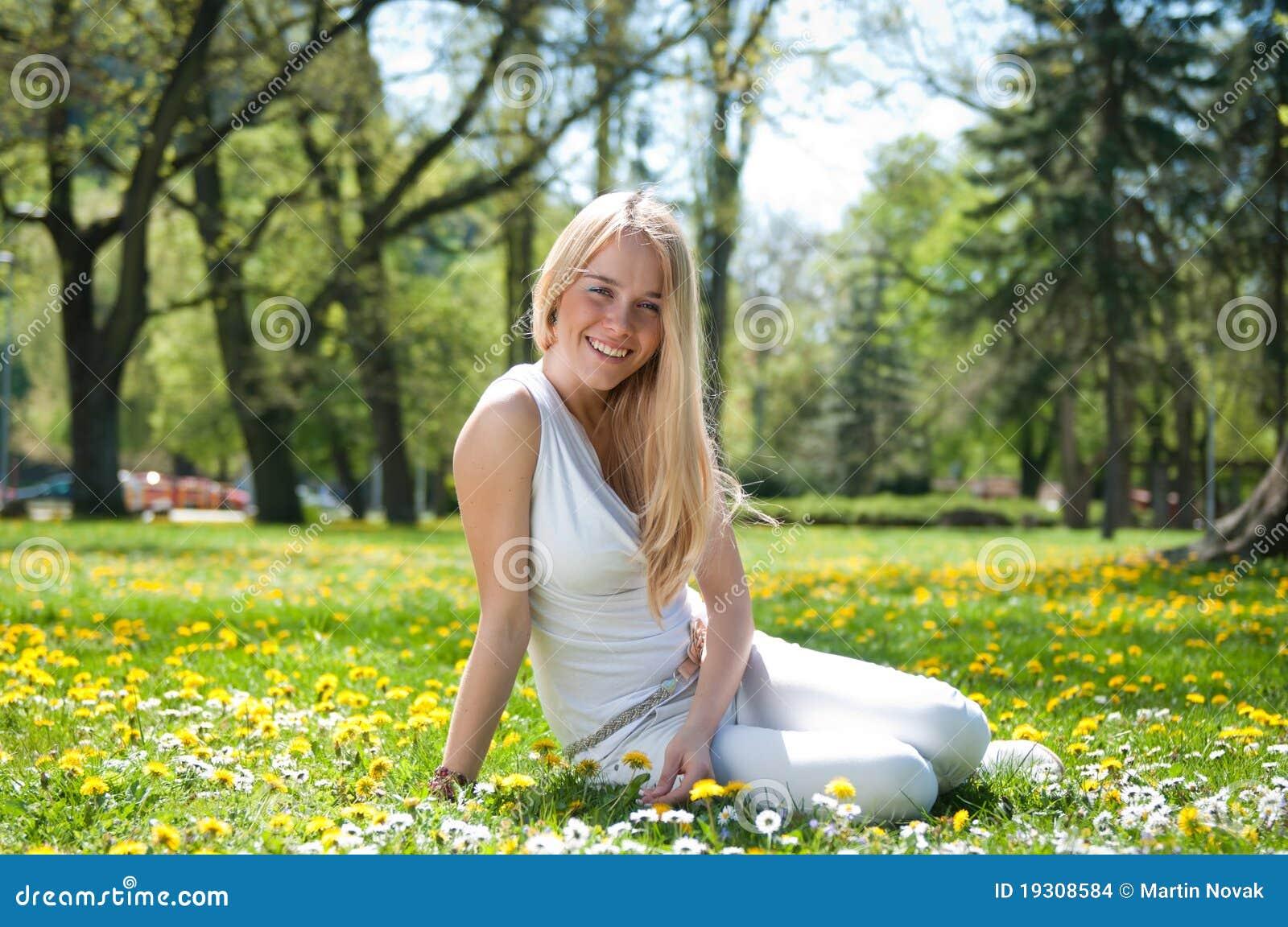 Appréciez la durée - jeune femme heureux