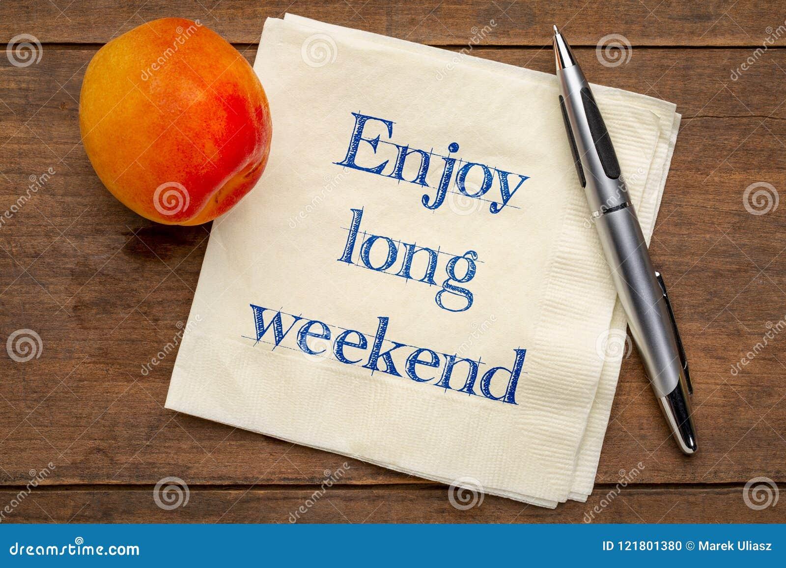 Appréciez la longue note de week-end sur la serviette