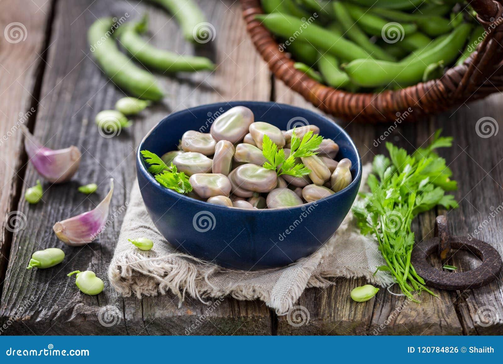 Appréciez vos fèves bouillies avec l ail et le persil frais
