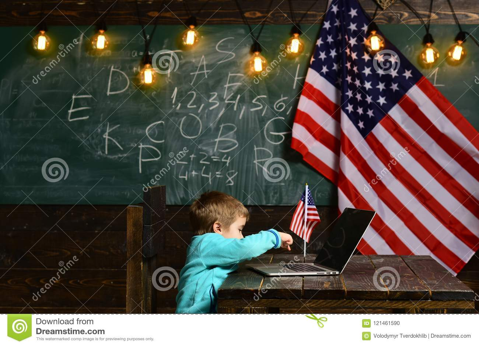Apprentissage en ligne ou cours en ligne à la maison instruisant Petit garçon avec l ordinateur portable pour des affaires au dra