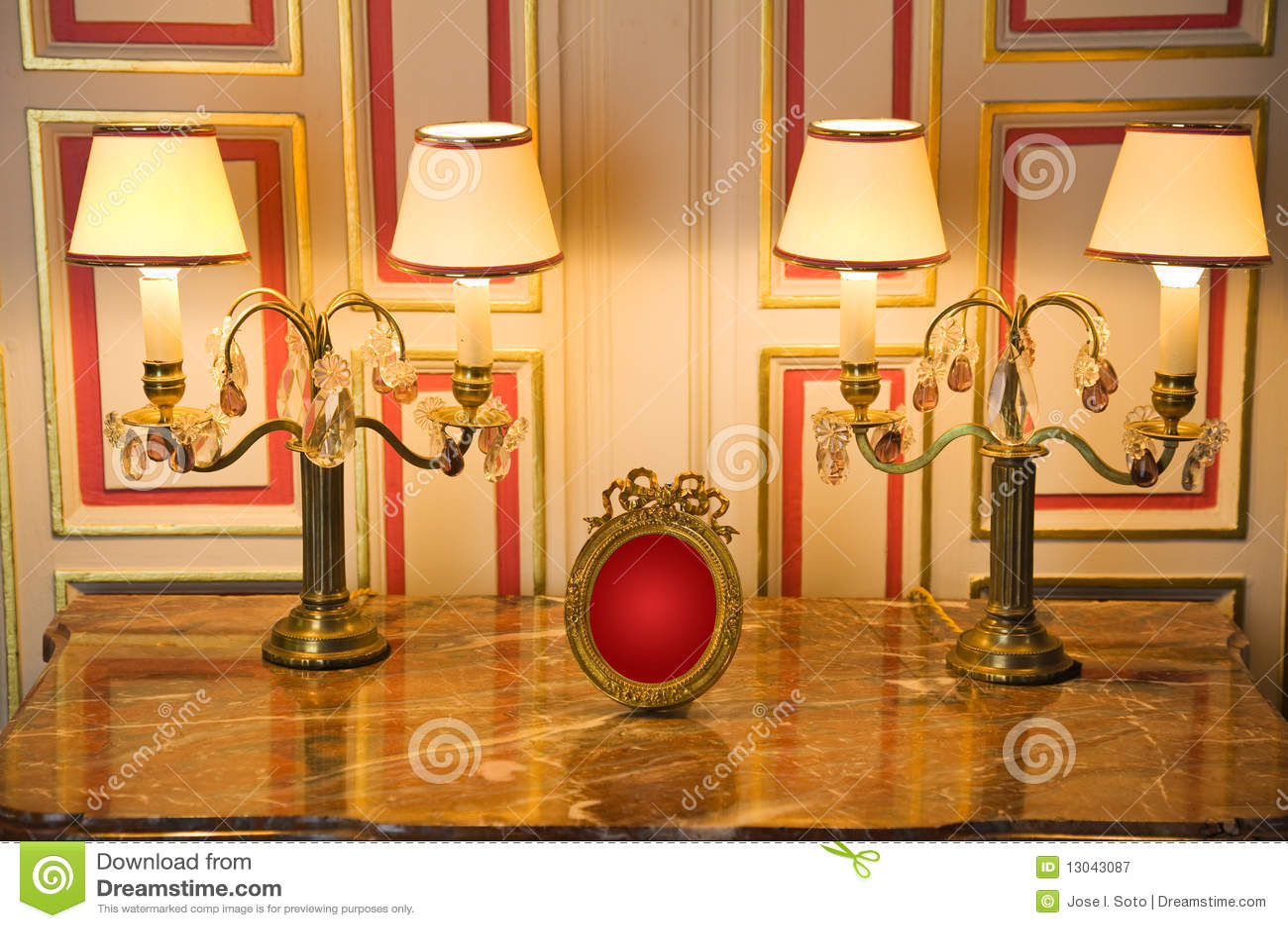 Apprettatrice di marmo con le lampade classiche immagine stock