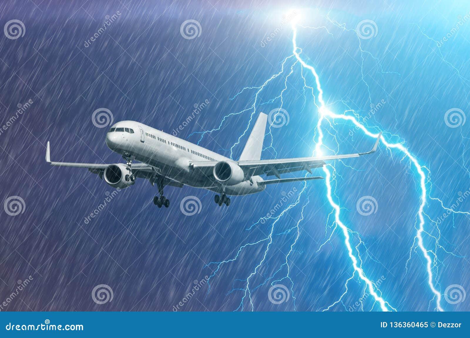 Approccio dell aeroplano all atterraggio dell aeroporto nel colpo llightning della pioggia di uragano della tempesta del maltempo