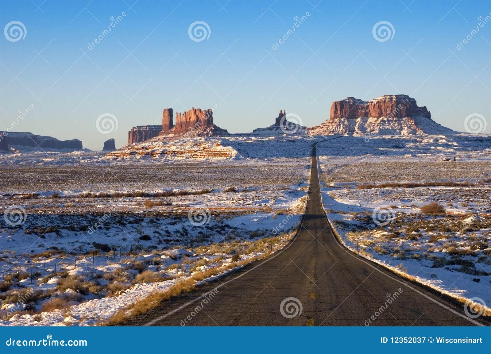 Approche tribale de stationnement d Indien de Navajo de vallée de monument