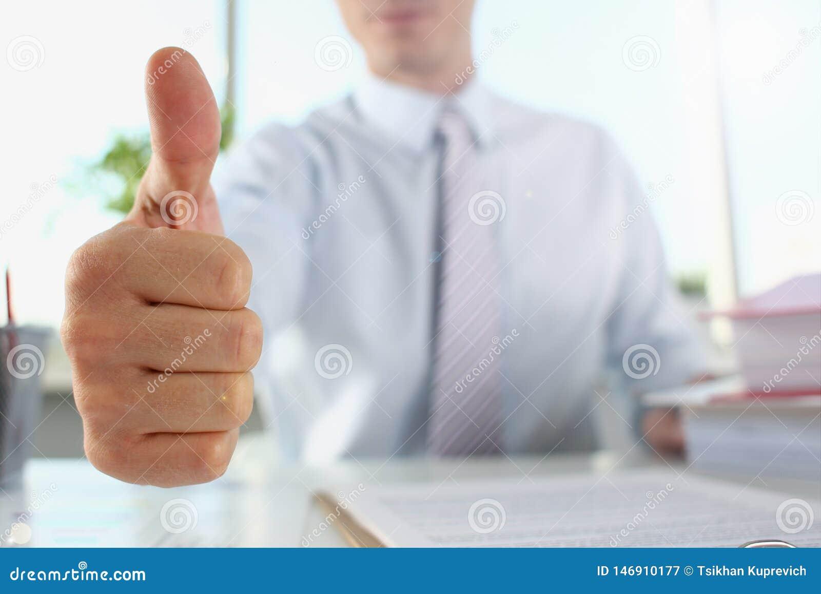 APPROVAZIONE maschio di manifestazione del braccio o confermare durante