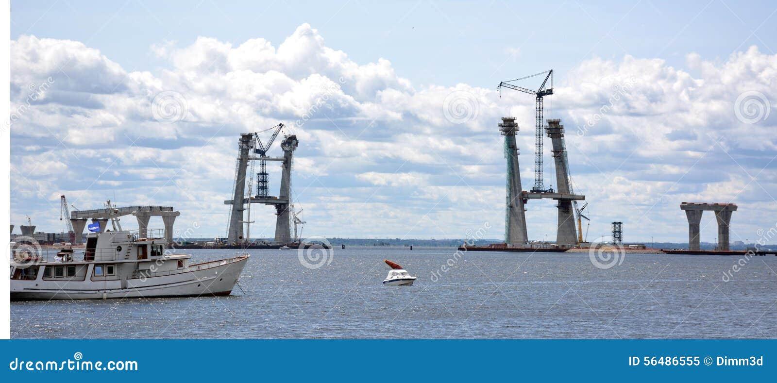 Appuis construisant les ponts fixes géants au-dessus de la Manche de mer