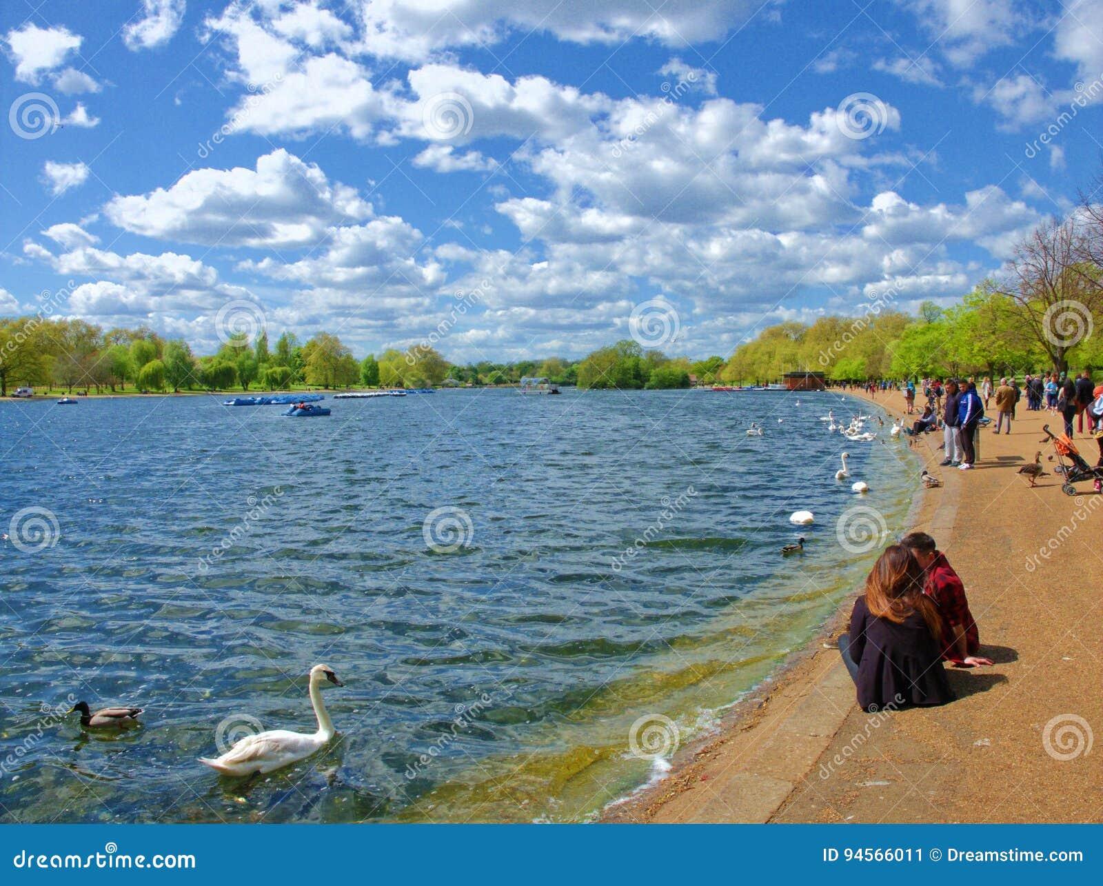 Après-midi ensoleillé dans le lac serpentin