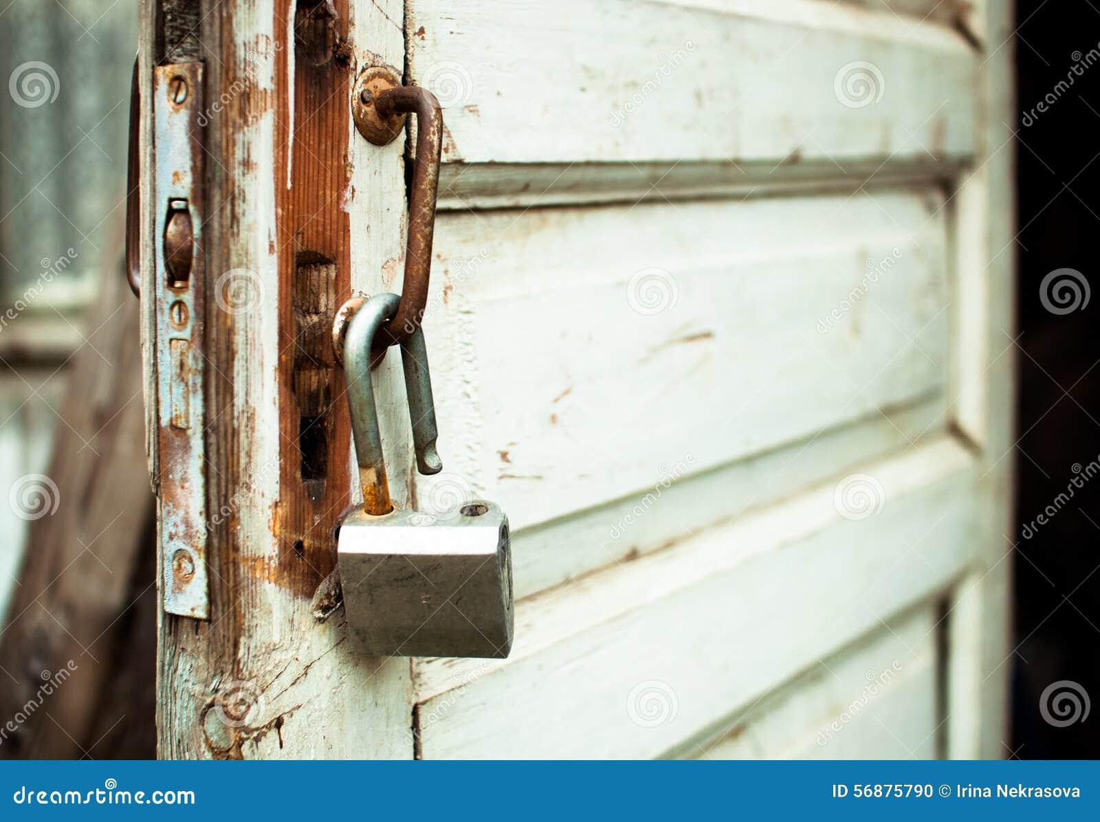 Apra arrugginito fissano una vecchia porta