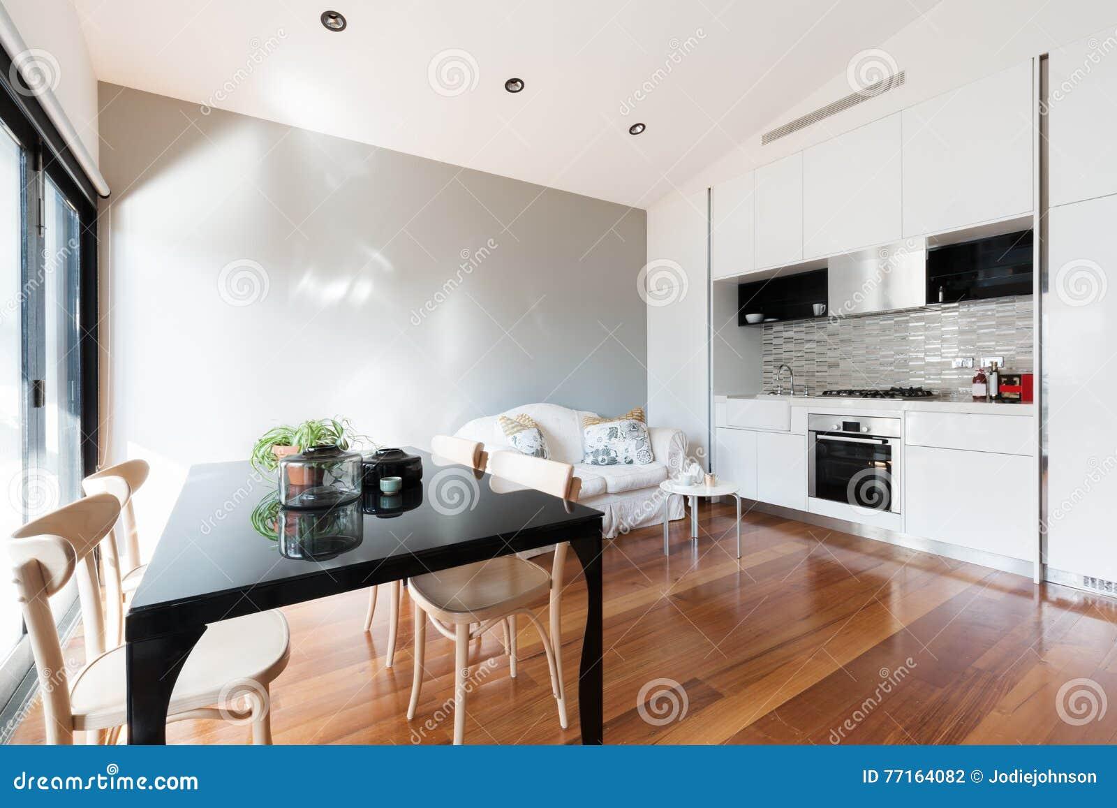 Apra Il Piccolo Appartamento Di Piano Con Il Tavolo Da ...