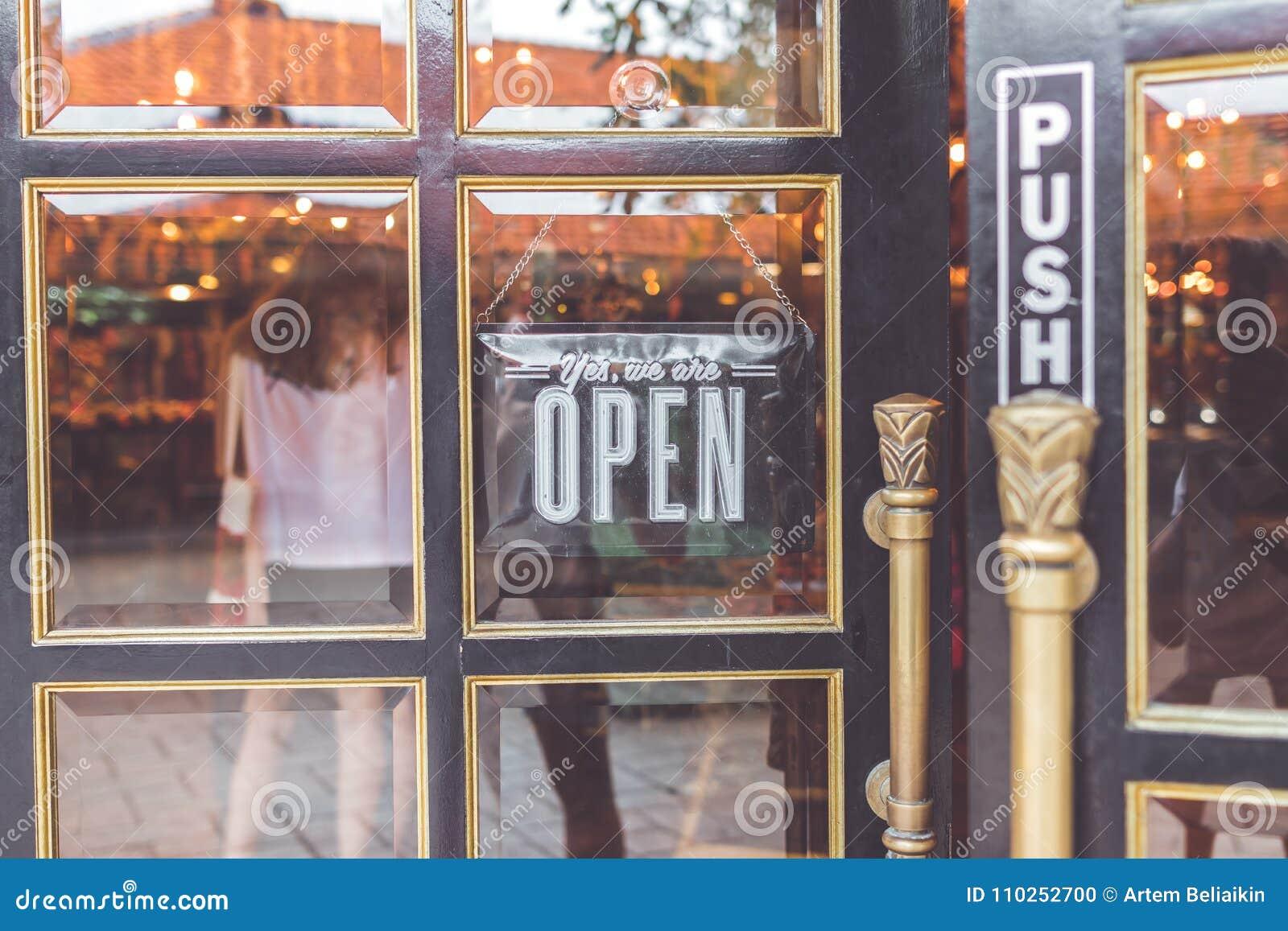 Apra il segno d annata vasto attraverso il vetro della finestra di deposito l asia