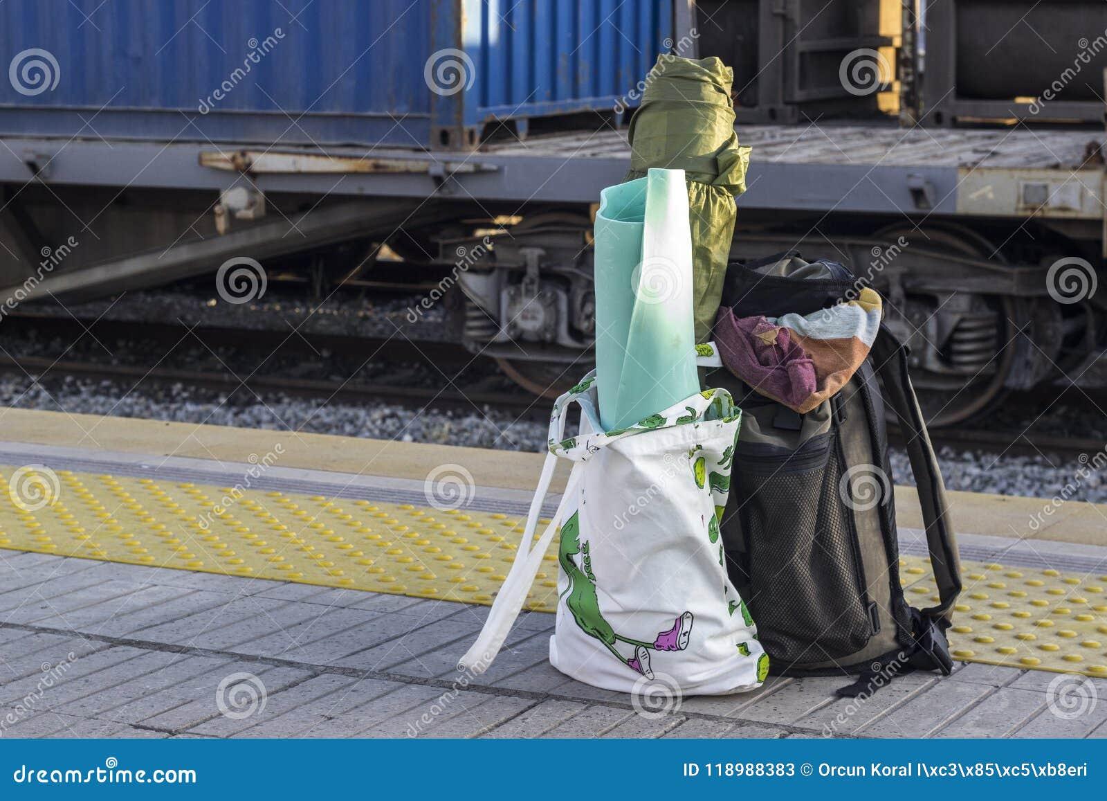 Apra la prospettiva sparata della borsa del viaggiatore alla stazione ferroviaria
