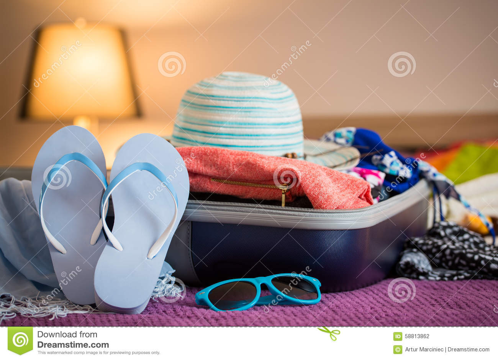 Apra la valigia sul letto fotografia stock immagine di spiaggia 58813862 - La valigia sul letto ...