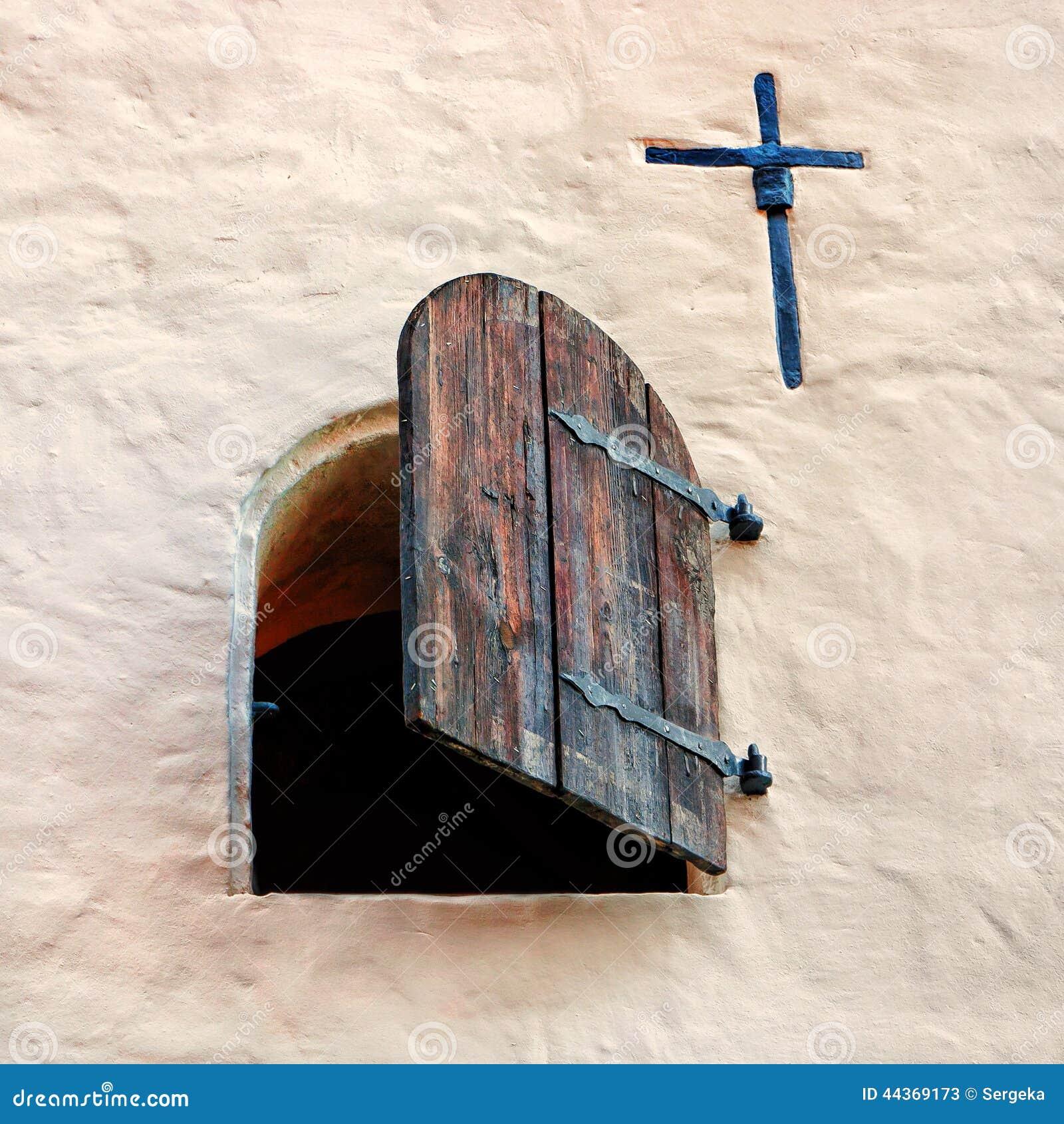 Apra la vecchia finestra di legno