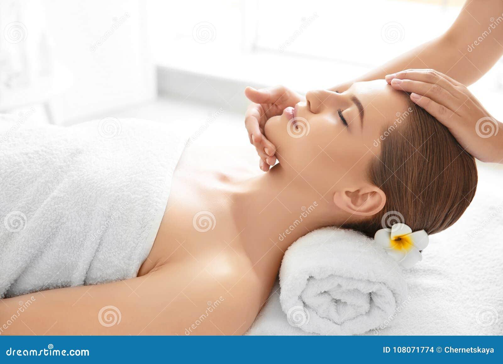 Apreciação da jovem mulher da massagem facial