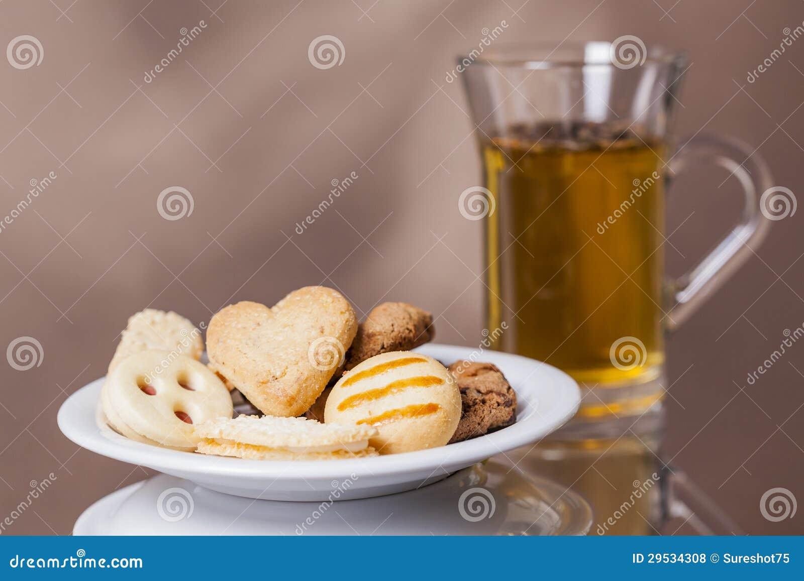 Aprecie biscoitos com cozinhar o chá quente 1
