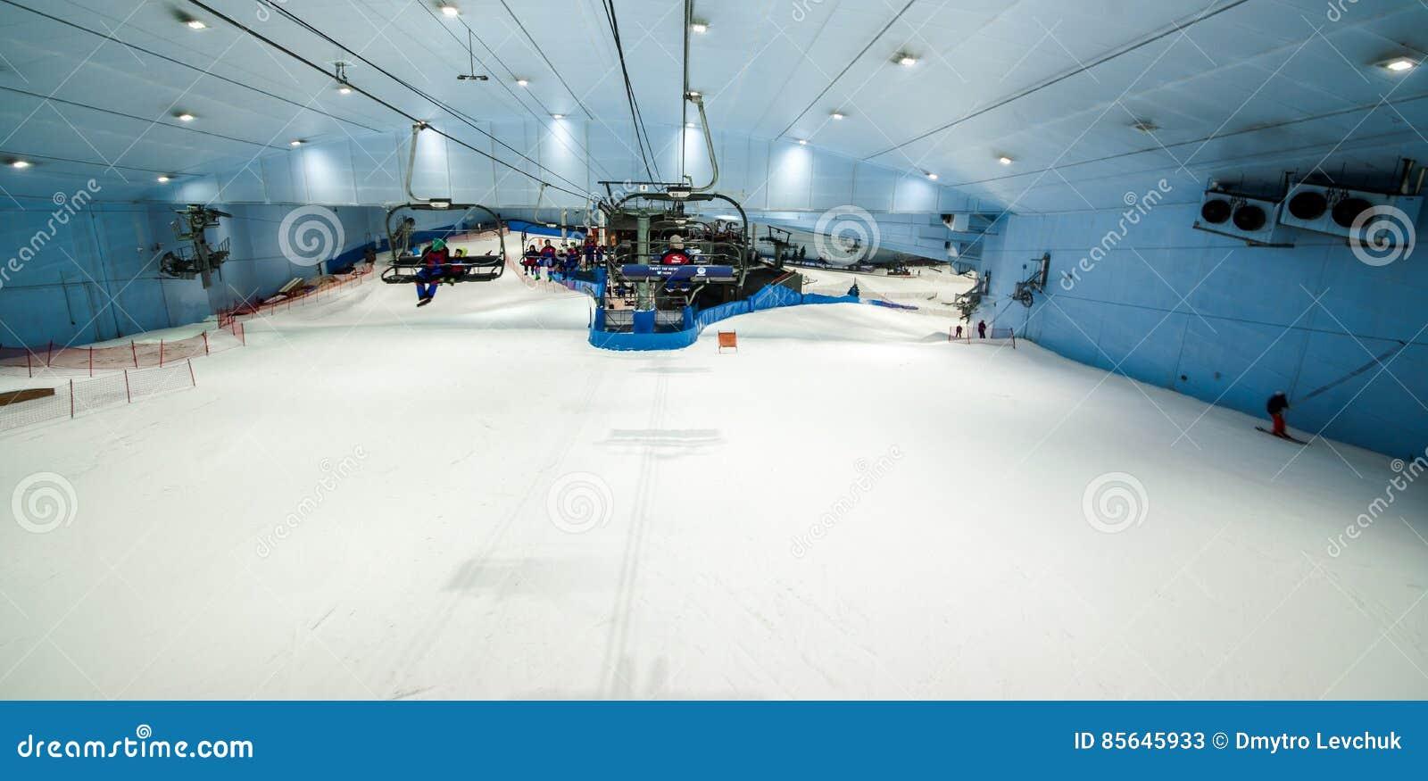 Aprecie a neve no deserto em Ski Dubai