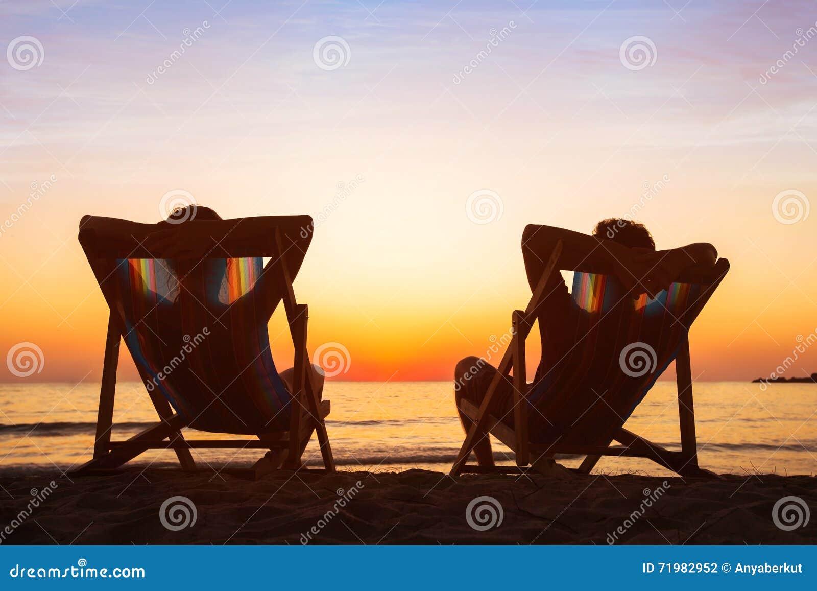 Aprecie o conceito da vida, par que relaxa no hotel da praia