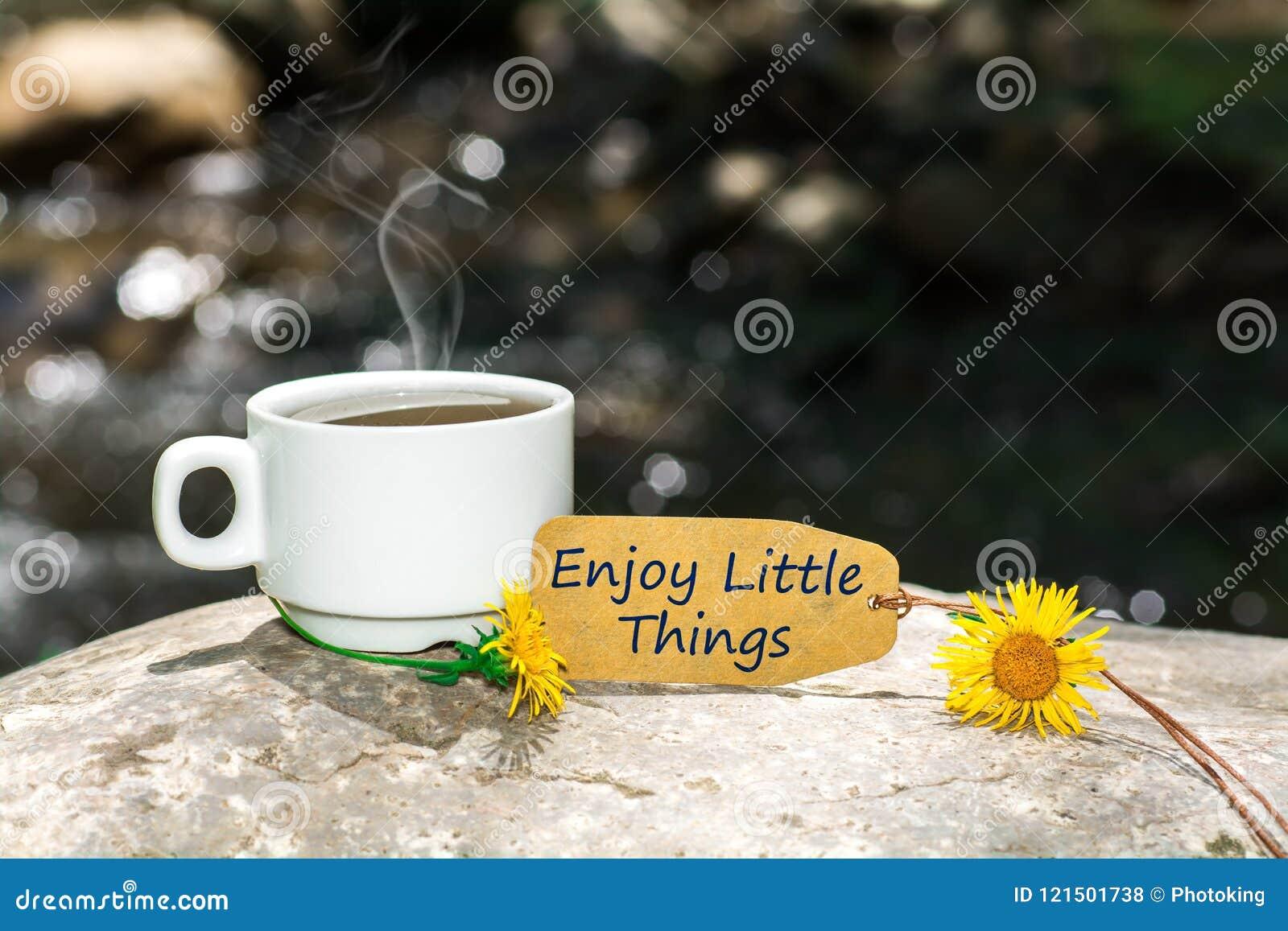 Aprecie o texto pequeno das coisas com copo de café